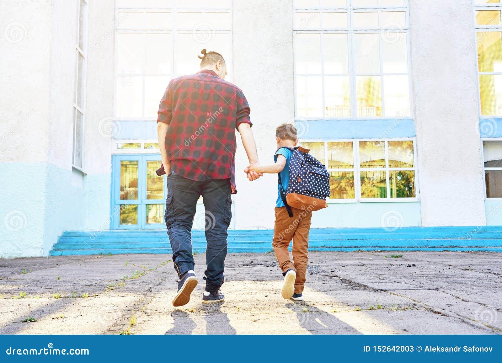 Tylna szko?y Szczęśliwy ojciec i syn iść szkoła podstawowa