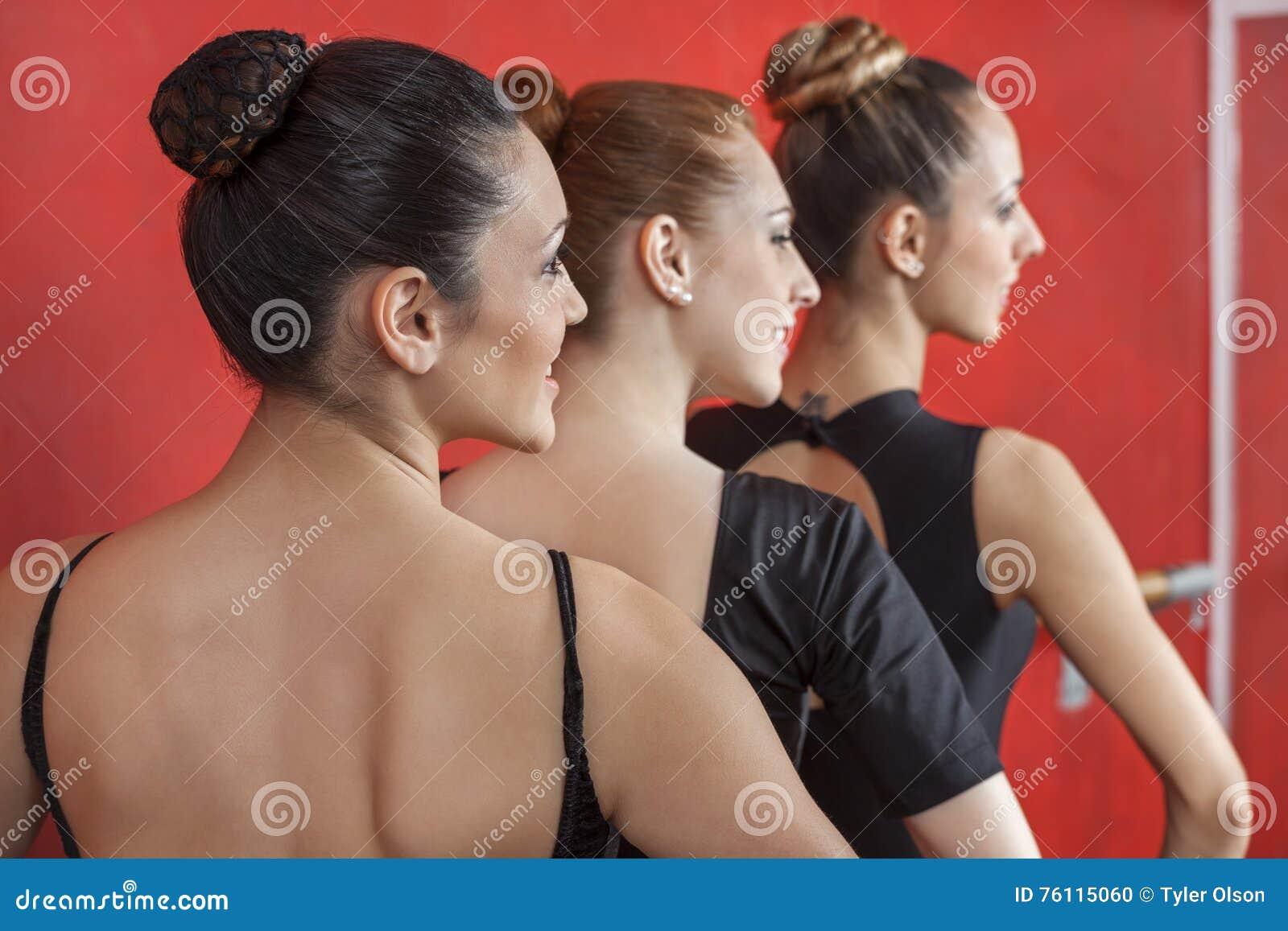 Tylni widok baleriny Wykonuje W rzędzie