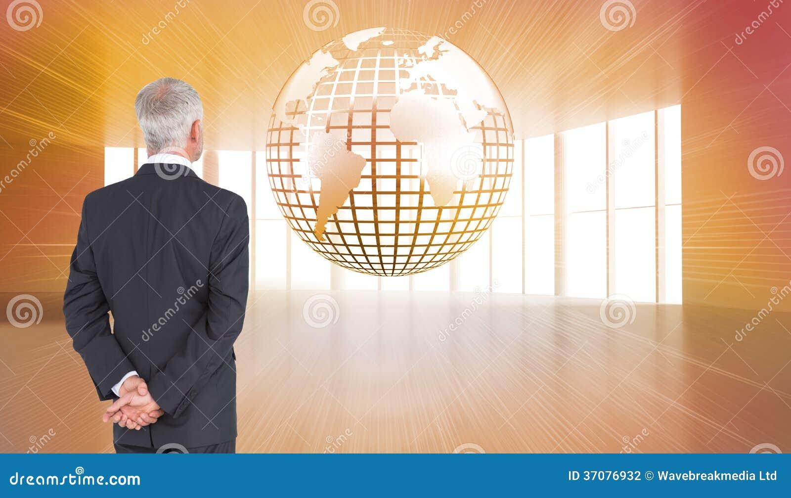 Download Tylni Widok Dojrzały Biznesmena Pozować Zdjęcie Stock - Obraz złożonej z griddle, globalny: 37076932