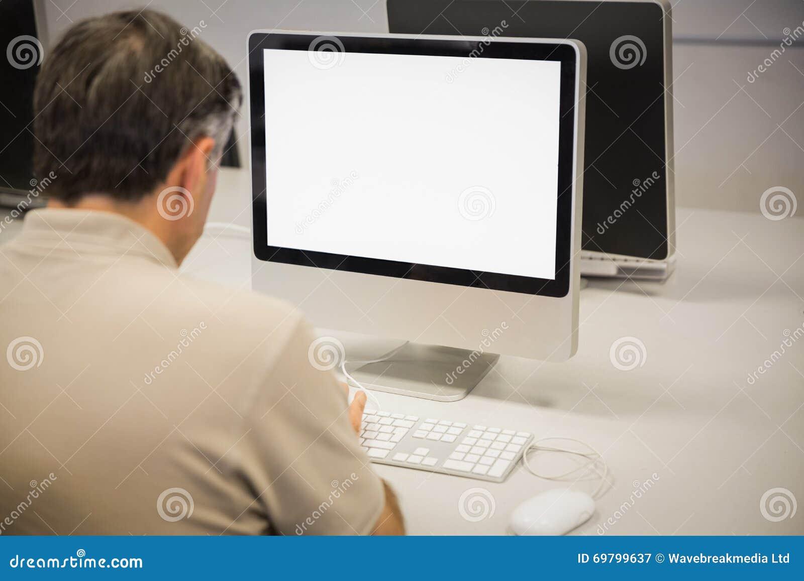 Tylni widok profesor używa komputer