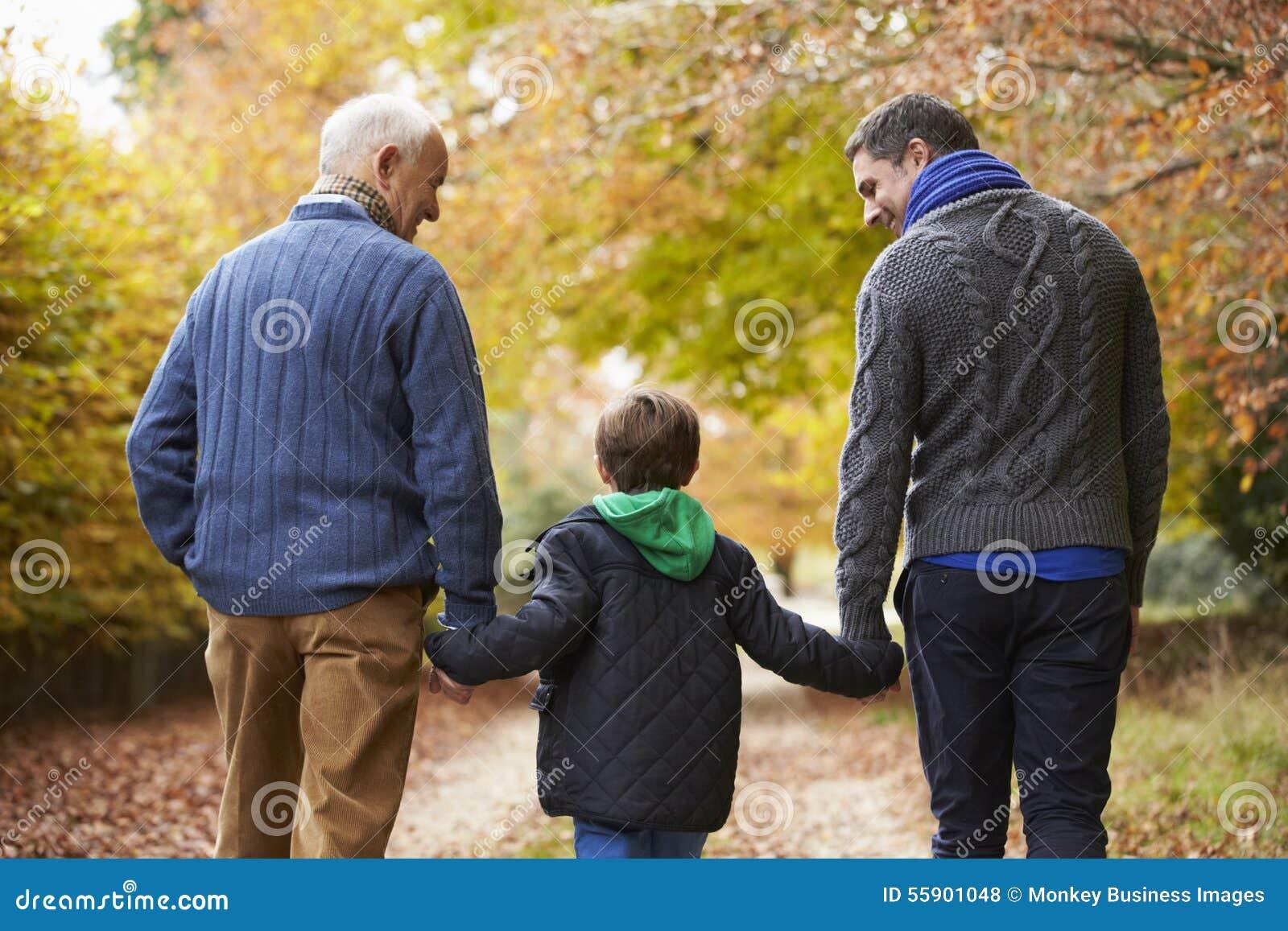 Tylni widok samiec Multl pokolenia Rodzinny odprowadzenie Na ścieżce