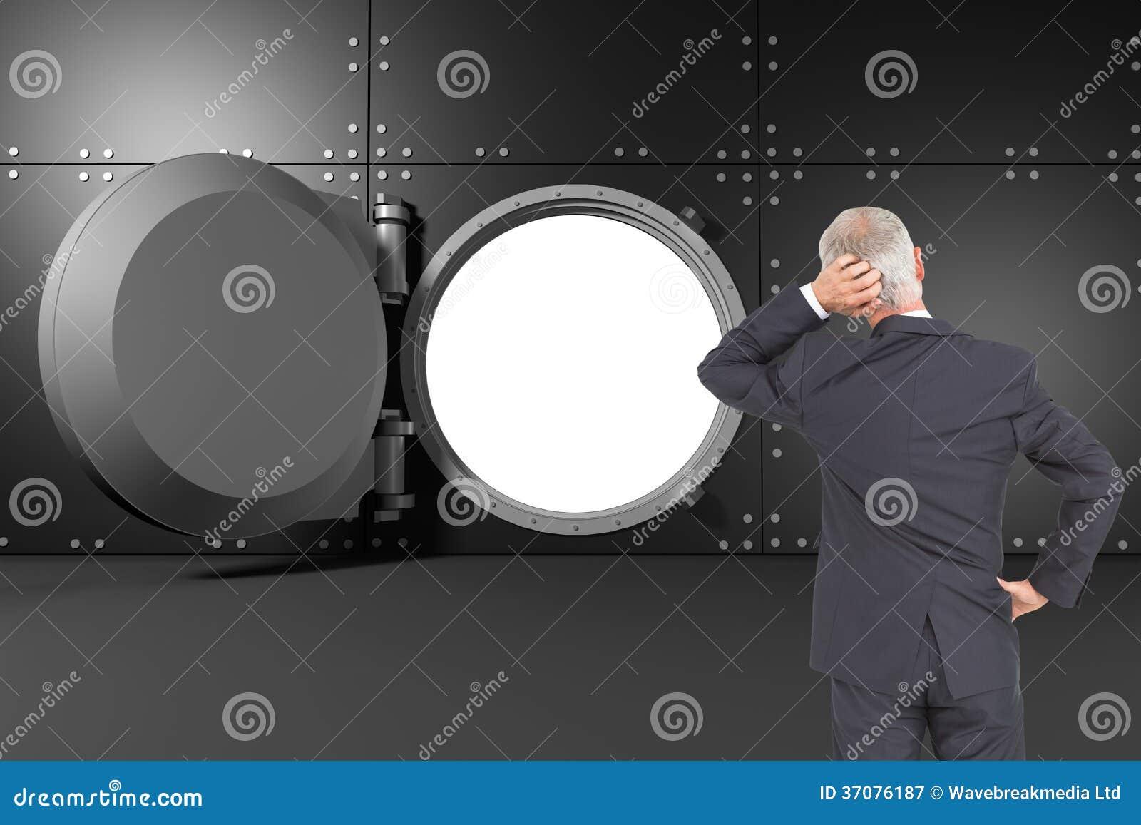 Download Tylni Widok Wątpliwy Dojrzały Biznesmen Obraz Stock - Obraz złożonej z otwarty, digitise: 37076187