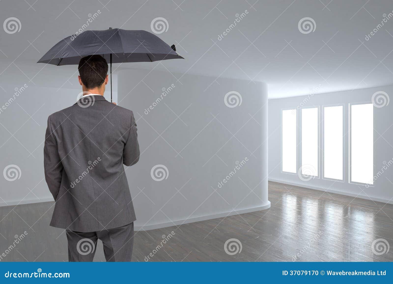 Download Tylni Widok Z Klasą Biznesmena Mienia Popielaty Parasol Zdjęcie Stock - Obraz złożonej z kariera, floorboard: 37079170