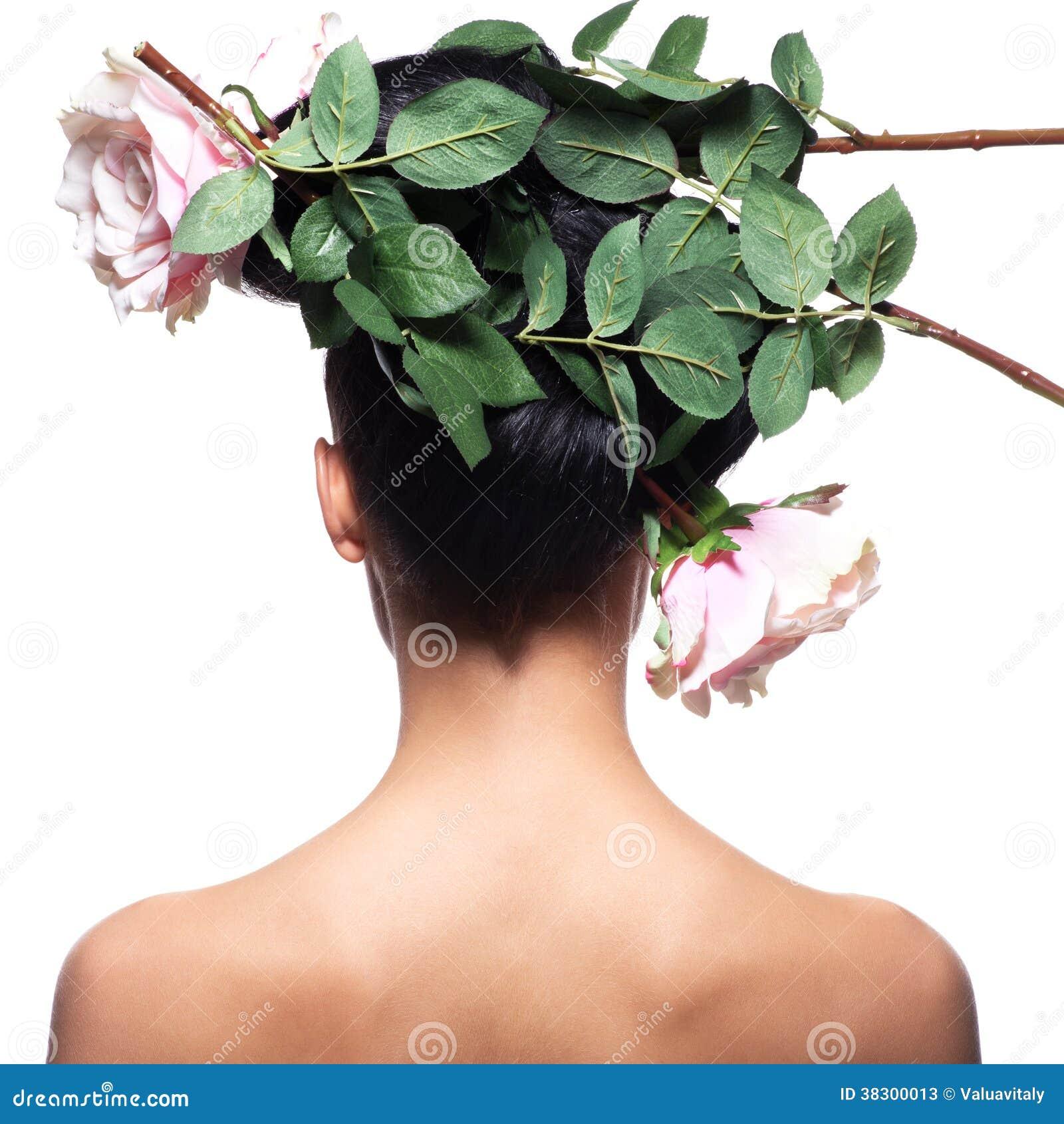 Tylni widoku portret kobieta z menchiami kwitnie w włosy