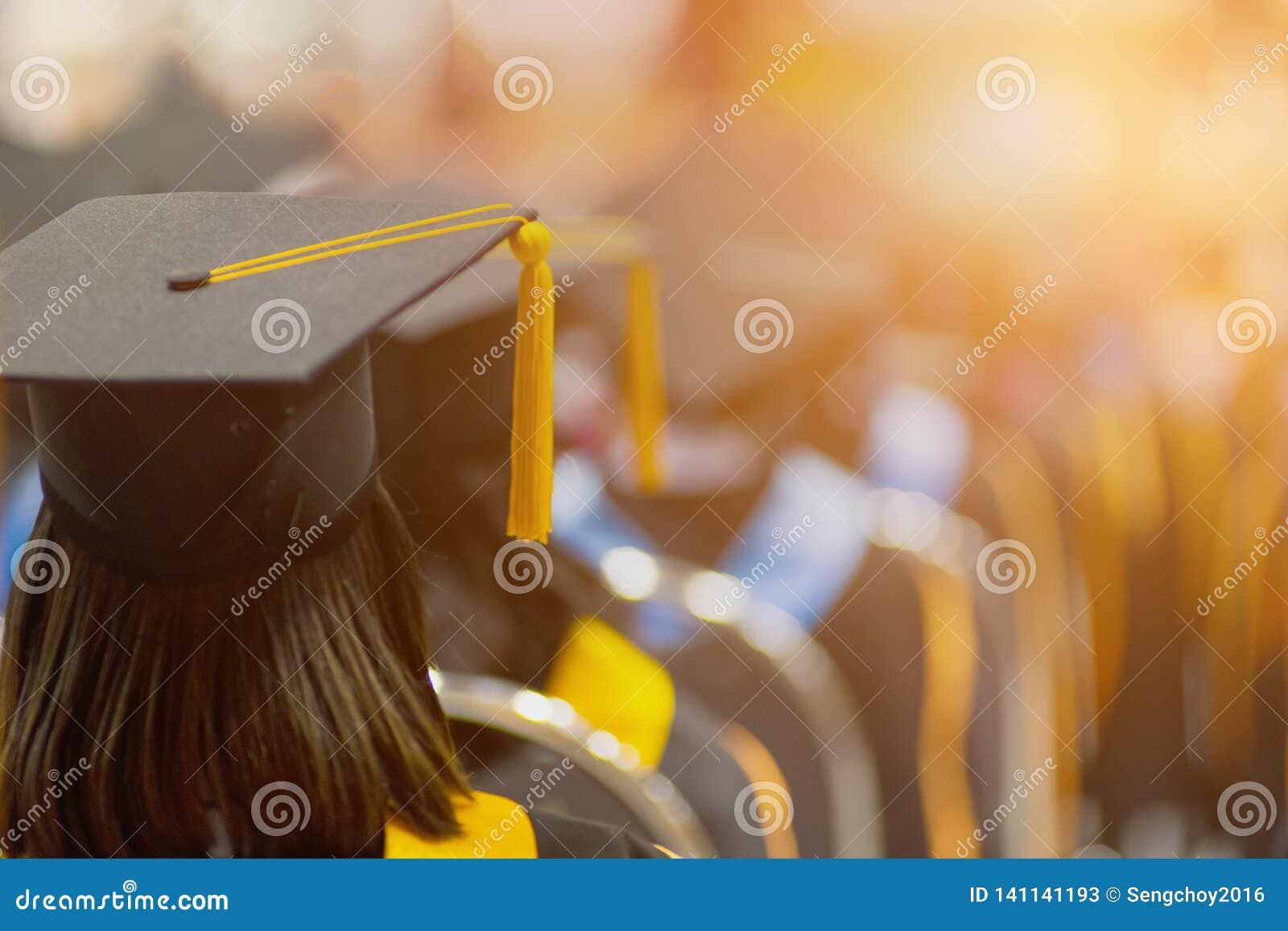 Tylni widoku selekcyjna ostrość uniwersytetów absolwenci tłoczył się w skalowanie ceremonii Absolwent statywowa linia podczas gdy