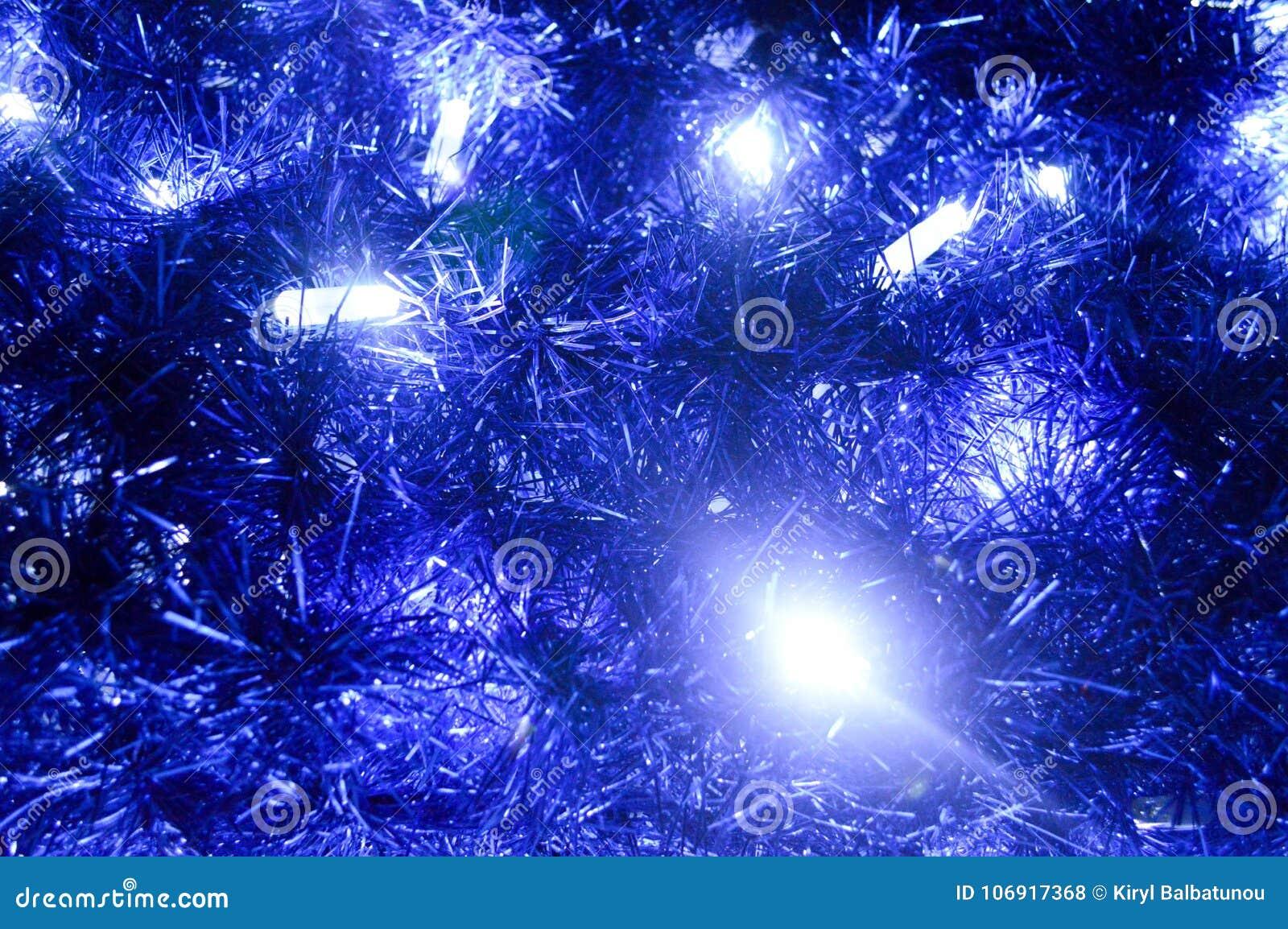 Tylny tło Bożenarodzeniowe dekoracje, lampiony, światła, girlandy, błękit pada