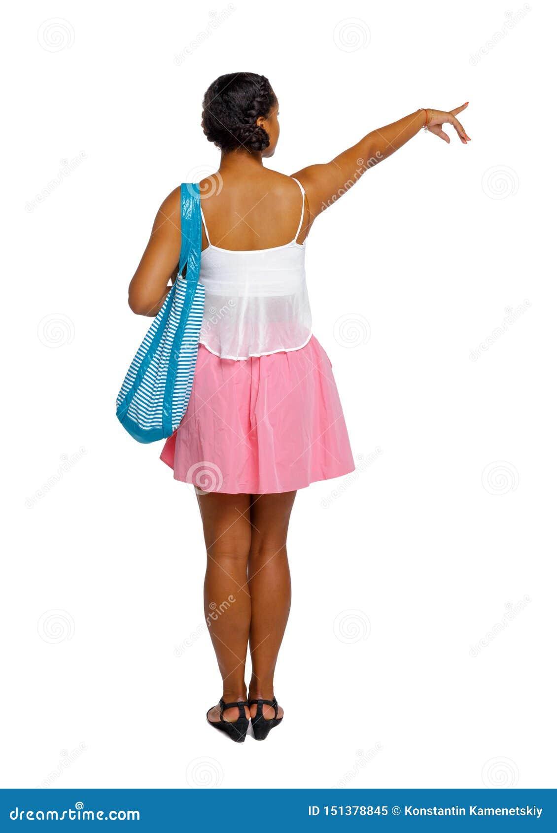 Tylny widok afro ameryka?ska kobieta z nadmuchiwanym okr?giem r?k? kt?rego w g?r? wskazuje