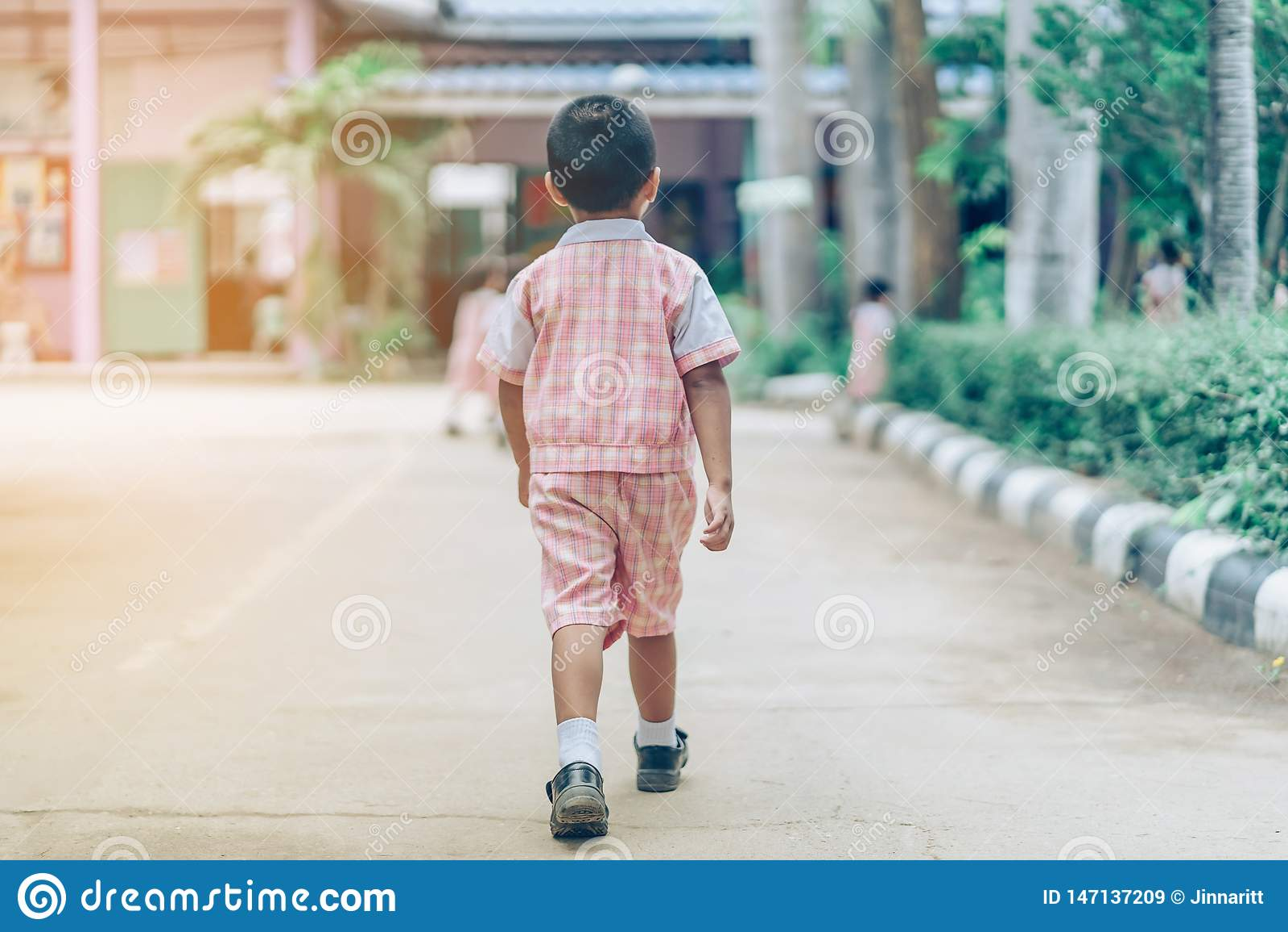 Tylny widok chłopiec podążał dziewczyna przyjaciół na ulicie iść sala lekcyjna