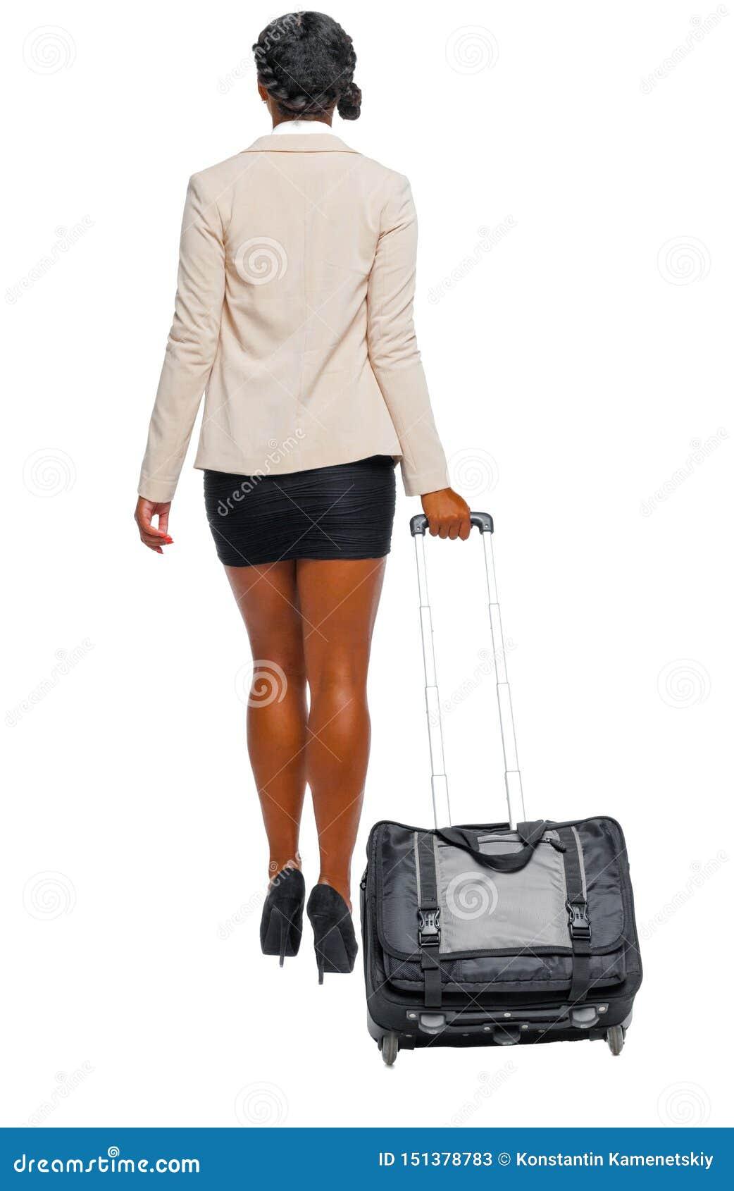 Tylny widok czarny afroamerykanin w formalnym ubioru odprowadzeniu z walizk?