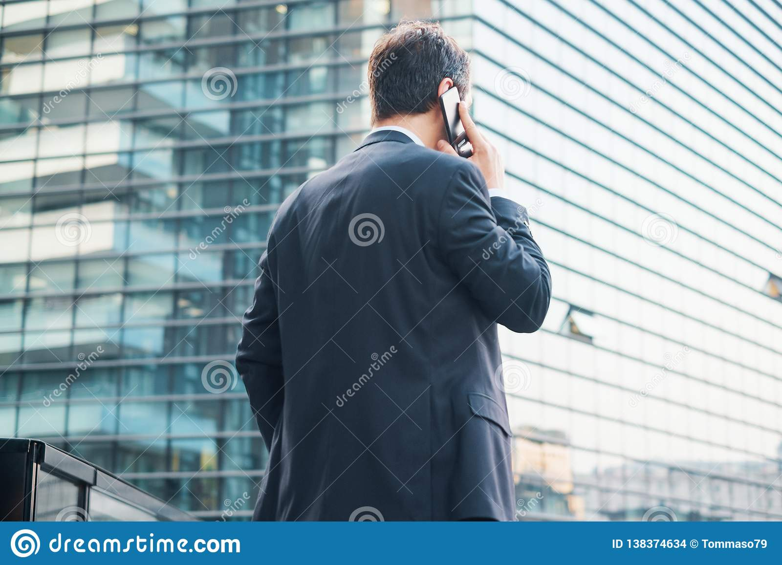 Tylny widok nowożytny biznesmen w mieście