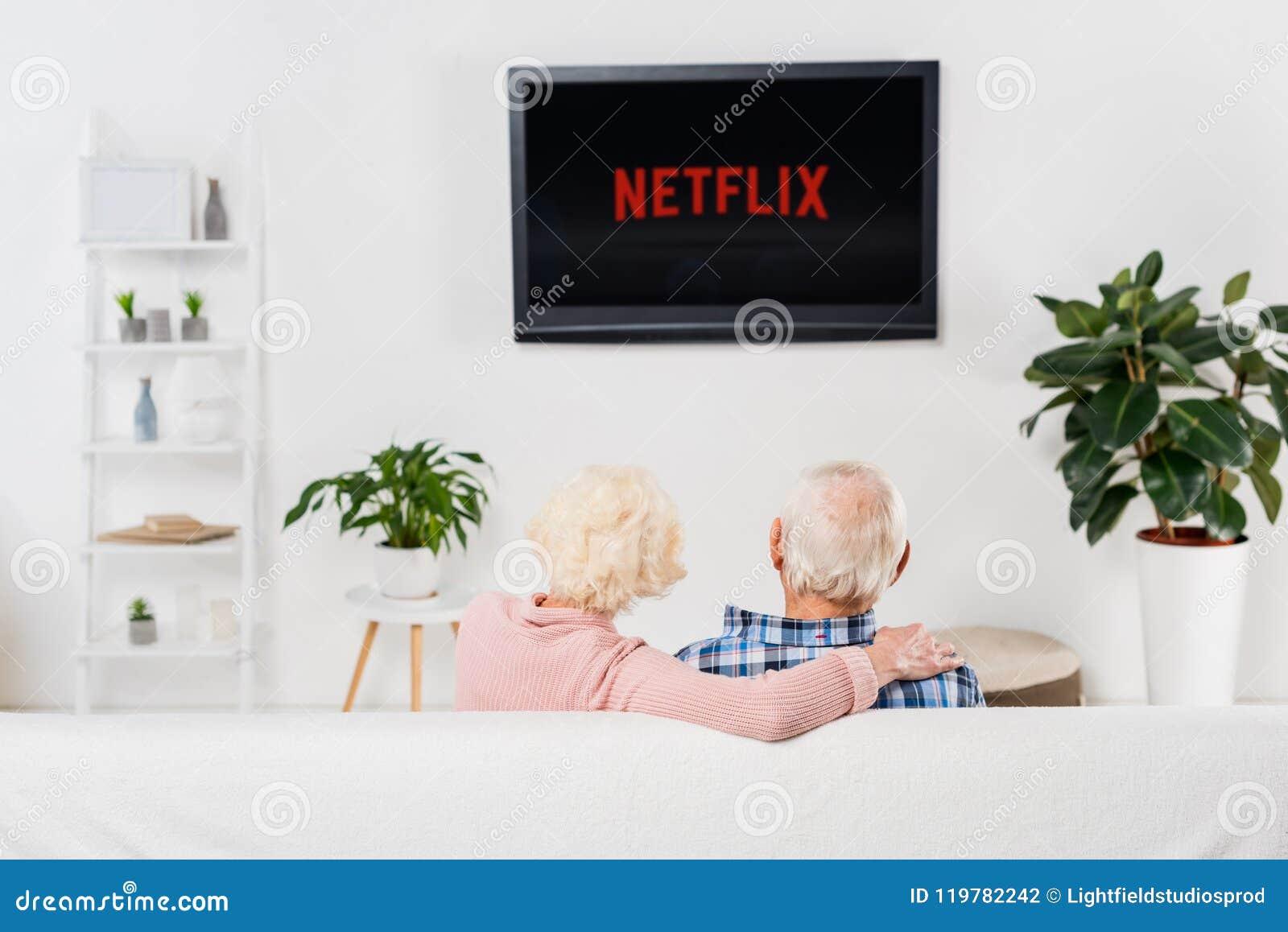 Tylny widok starszy pary dopatrywania netflix na tv