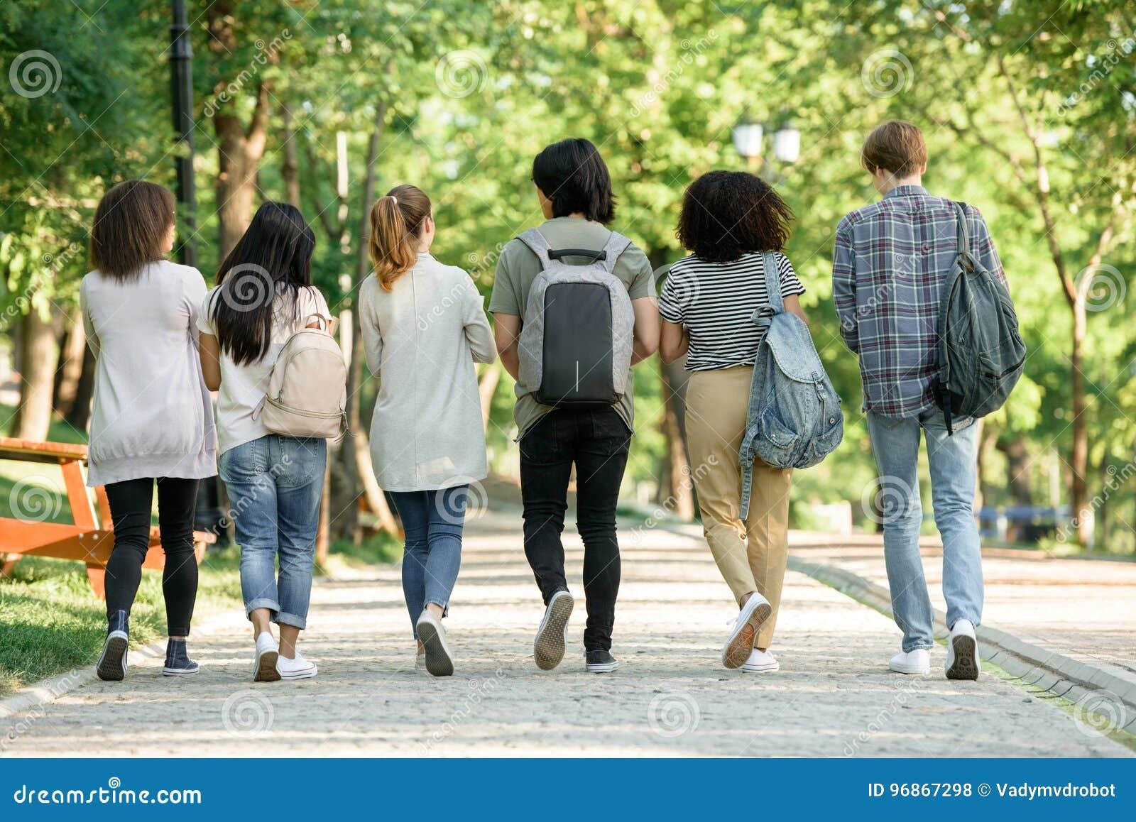 Tylny widoku wizerunek wieloetniczna grupa młodzi ucznie