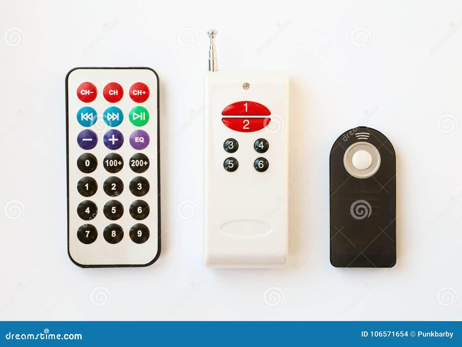 3 typ pilot do tv z różnorodną liczbą guziki