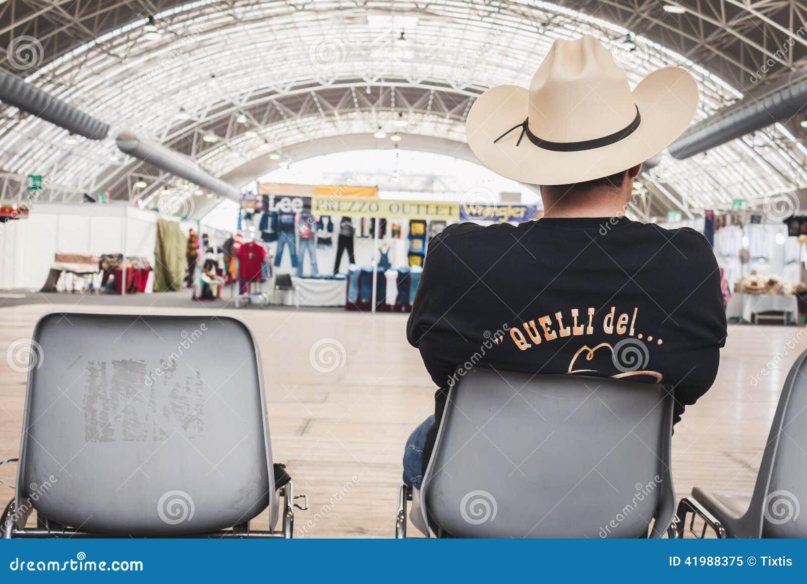 95ca218aa0f18 Type Avec Le Chapeau De Cowboy Se Reposant à Basculer L'événement De ...