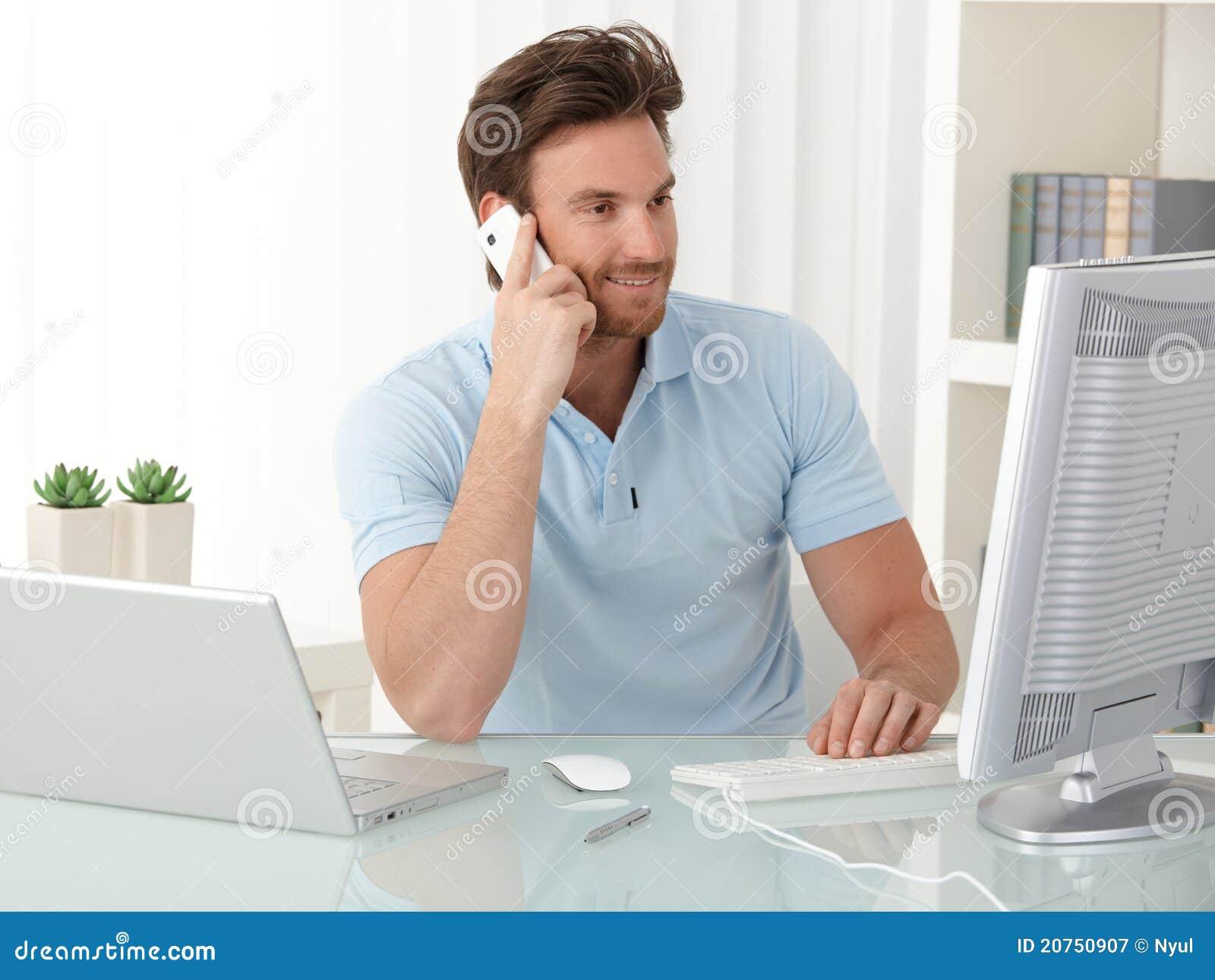Type d employé de bureau à l aide de l ordinateur et du téléphone