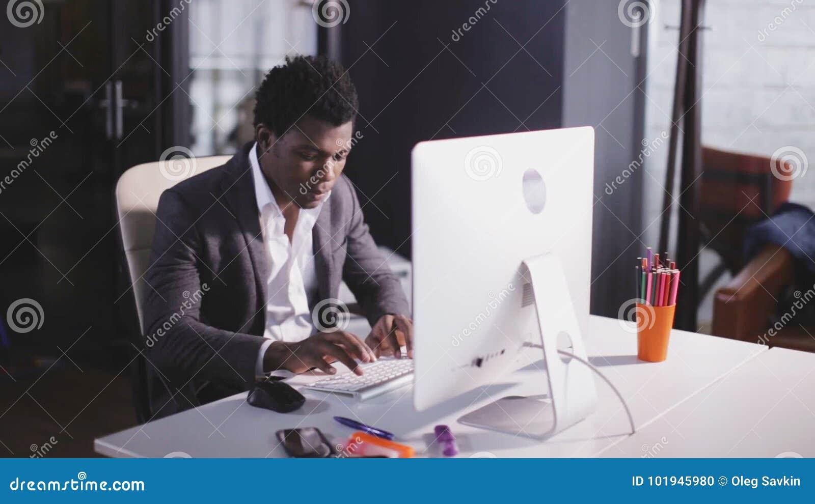 Type d homme d afro américain sur le clavier dans le bureau