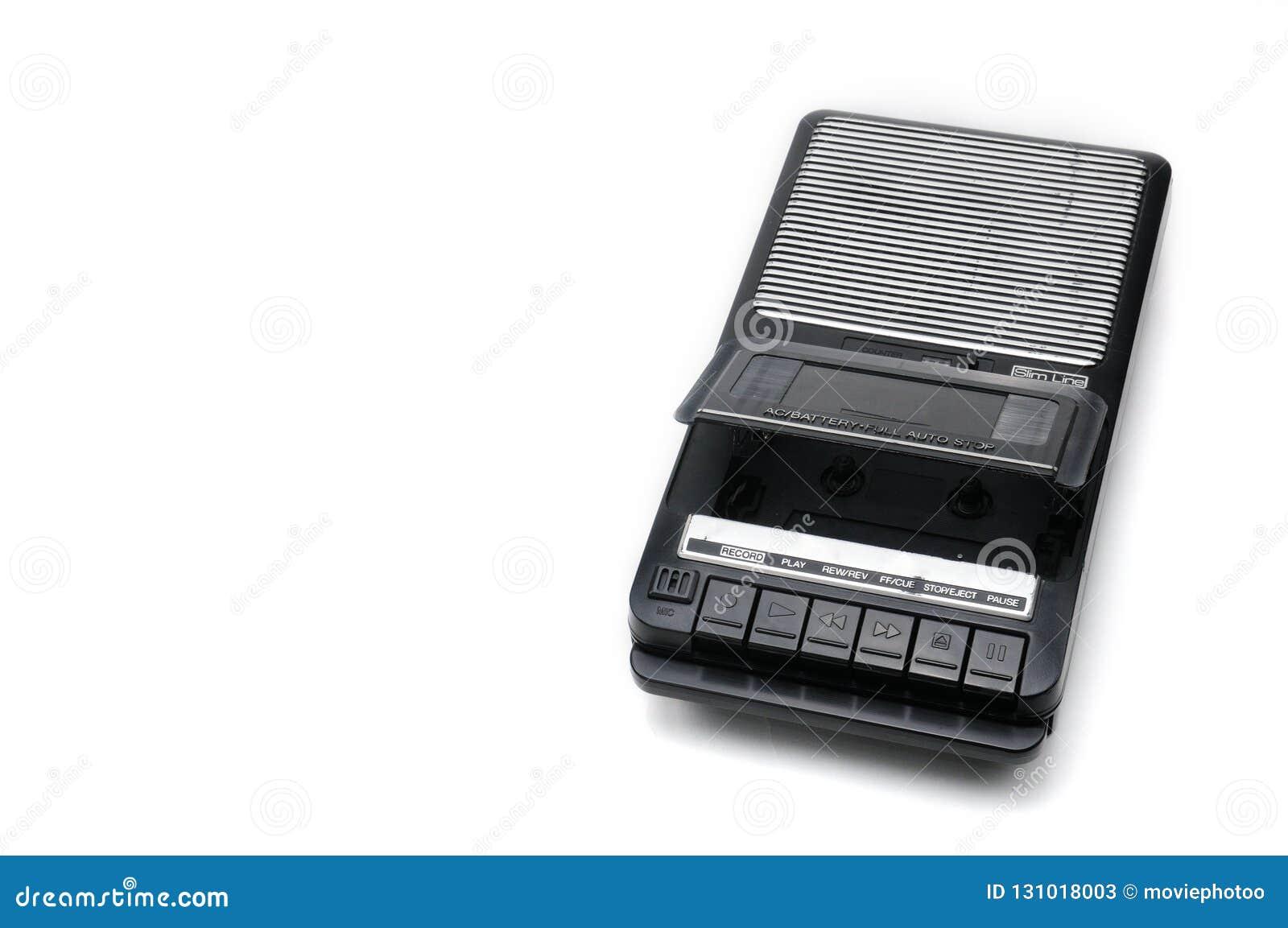 Type de bureau d autrefois magnétophone à cassettes sur le backgr d isolement blanc