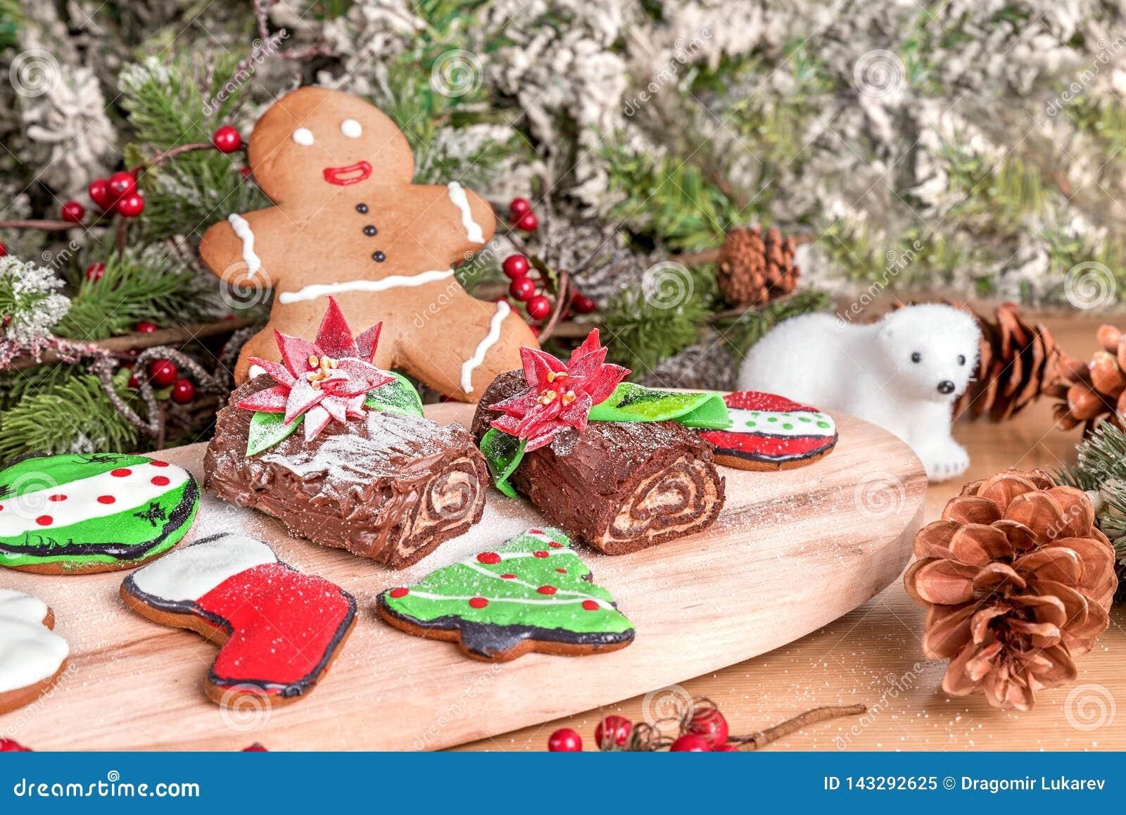 Type différent de biscuits de Noël avec la décoration