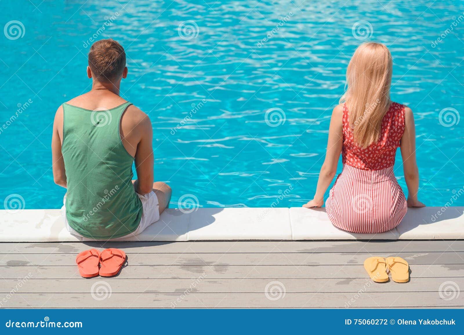 Type et fille se reposant près de l eau