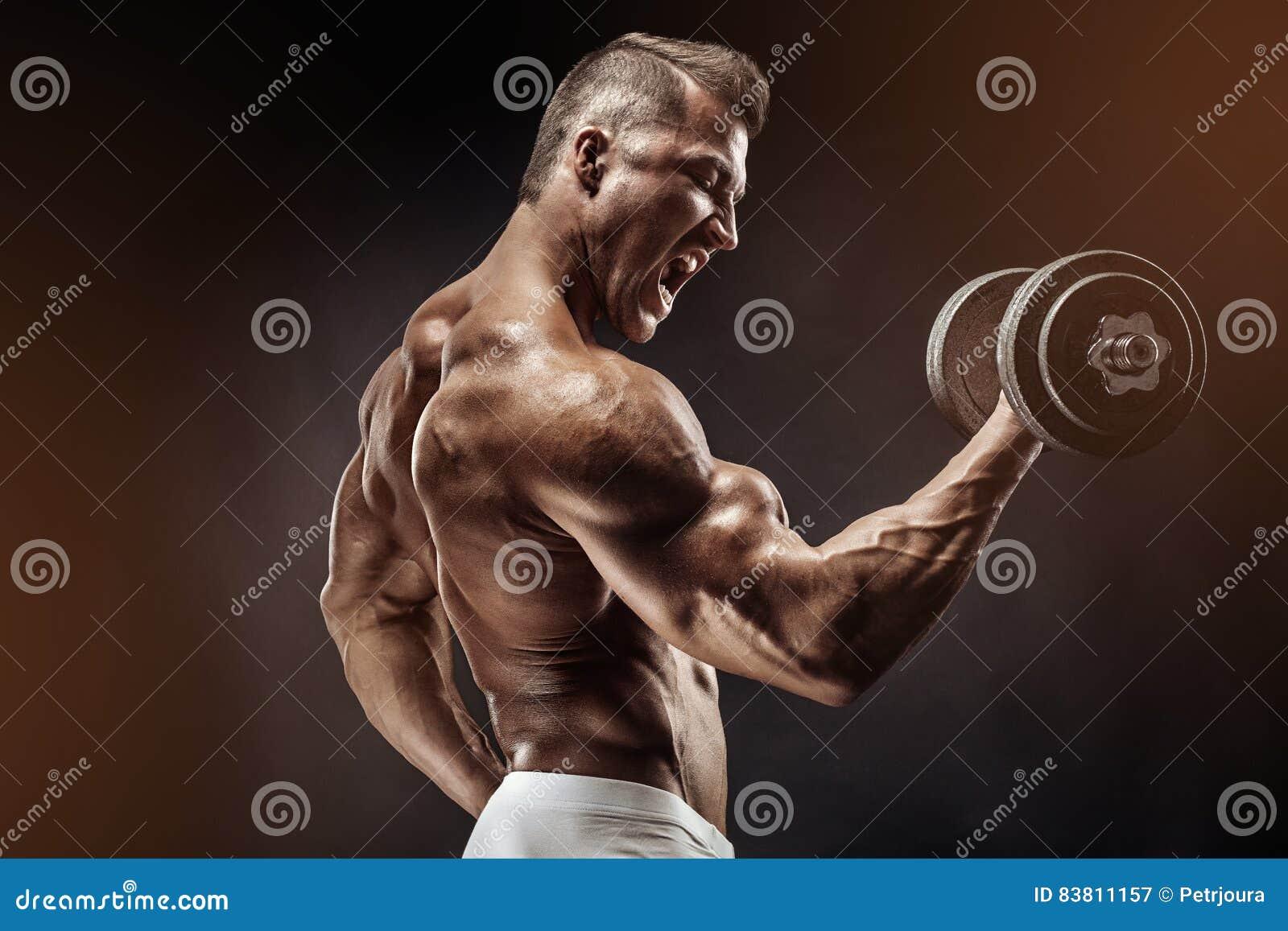 Type musculaire de bodybuilder faisant des exercices avec l haltère