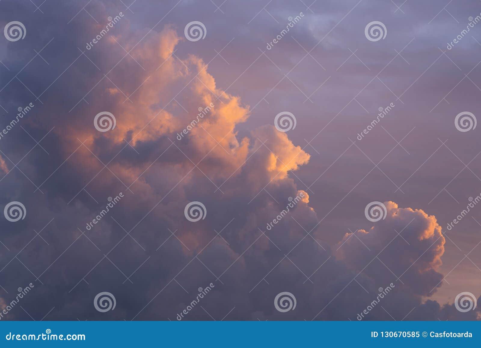 Type nuages de cumulus sur le coucher du soleil