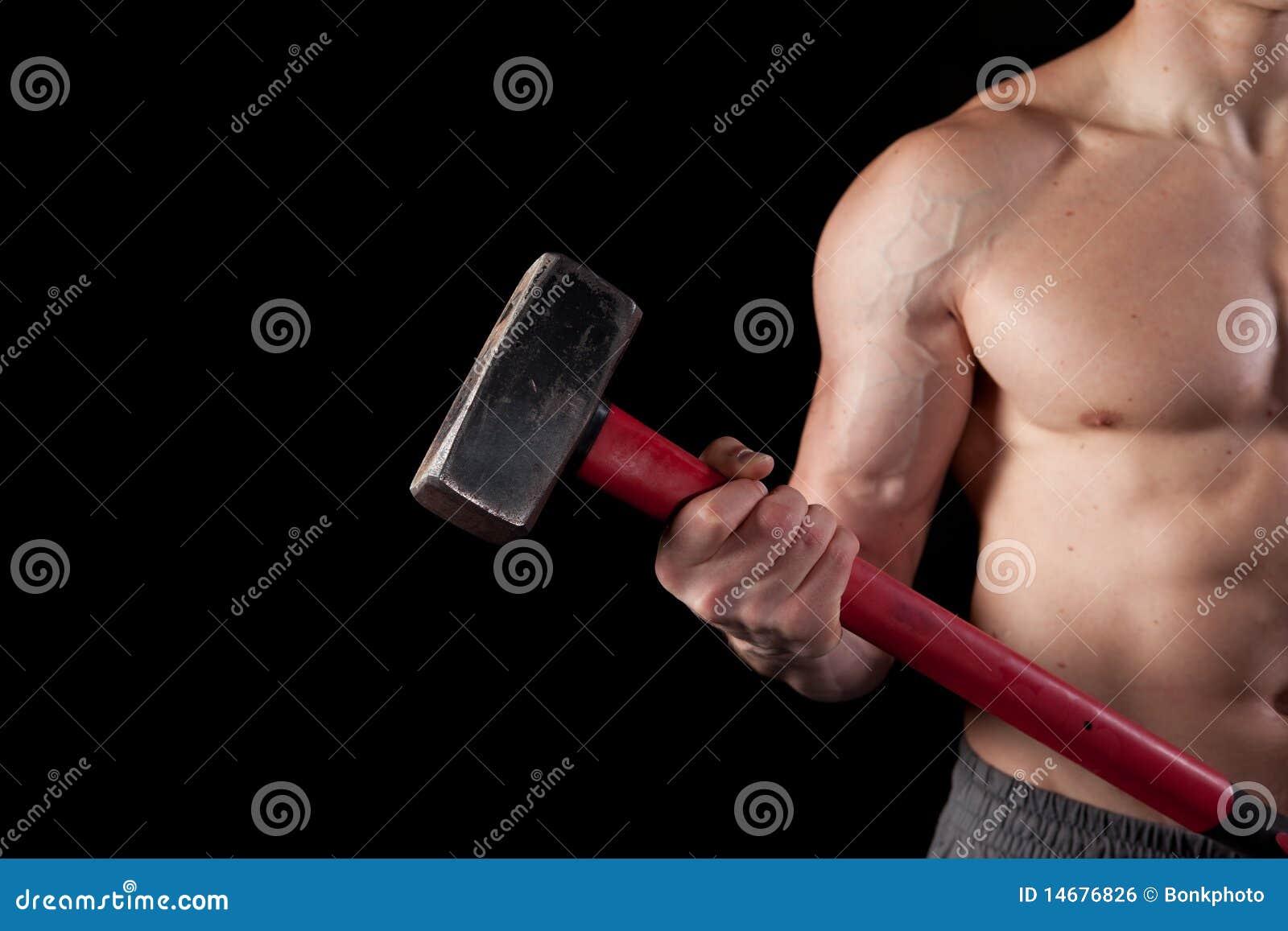 Type sans chemise retenant un marteau de forgeron