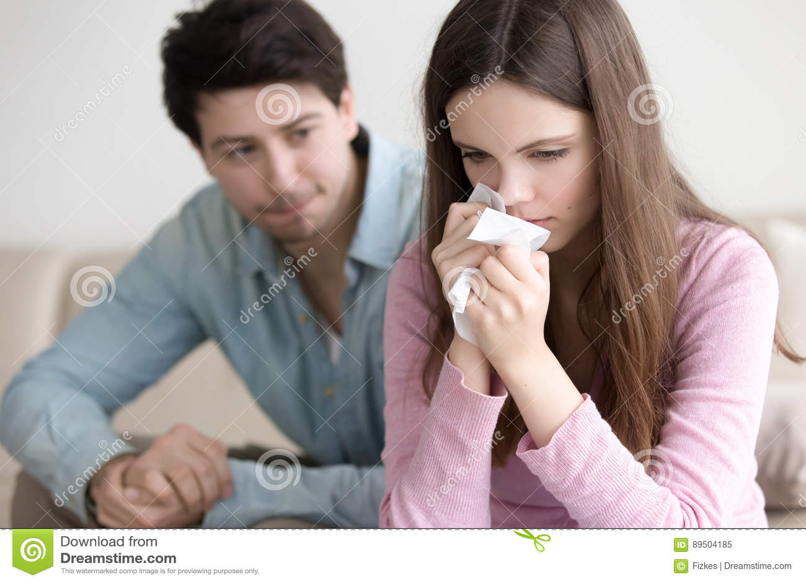 Type soulageant la femme pleurante, ami soutenant le girlfrie bouleversé