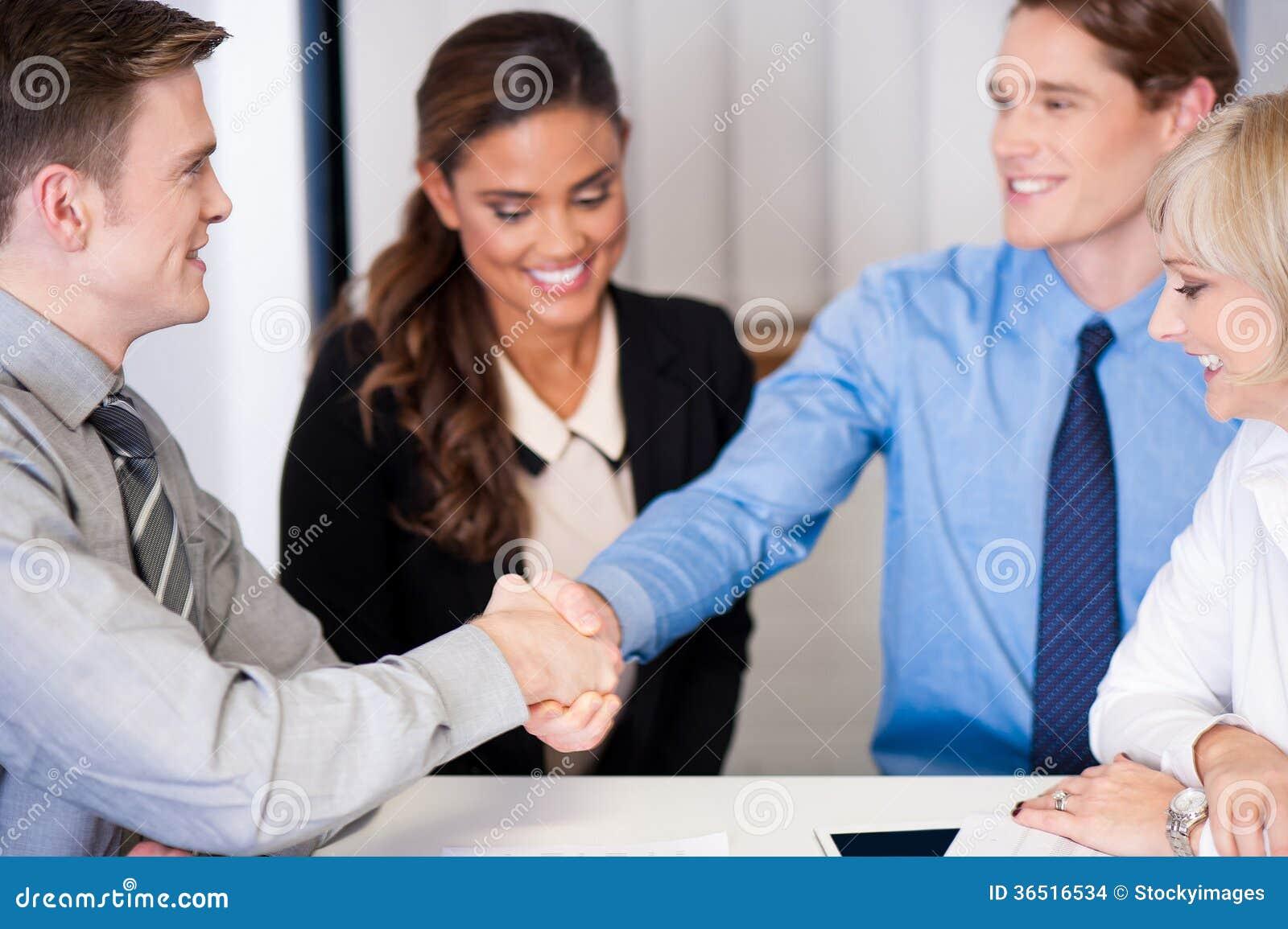 Types d entreprise se serrant la main