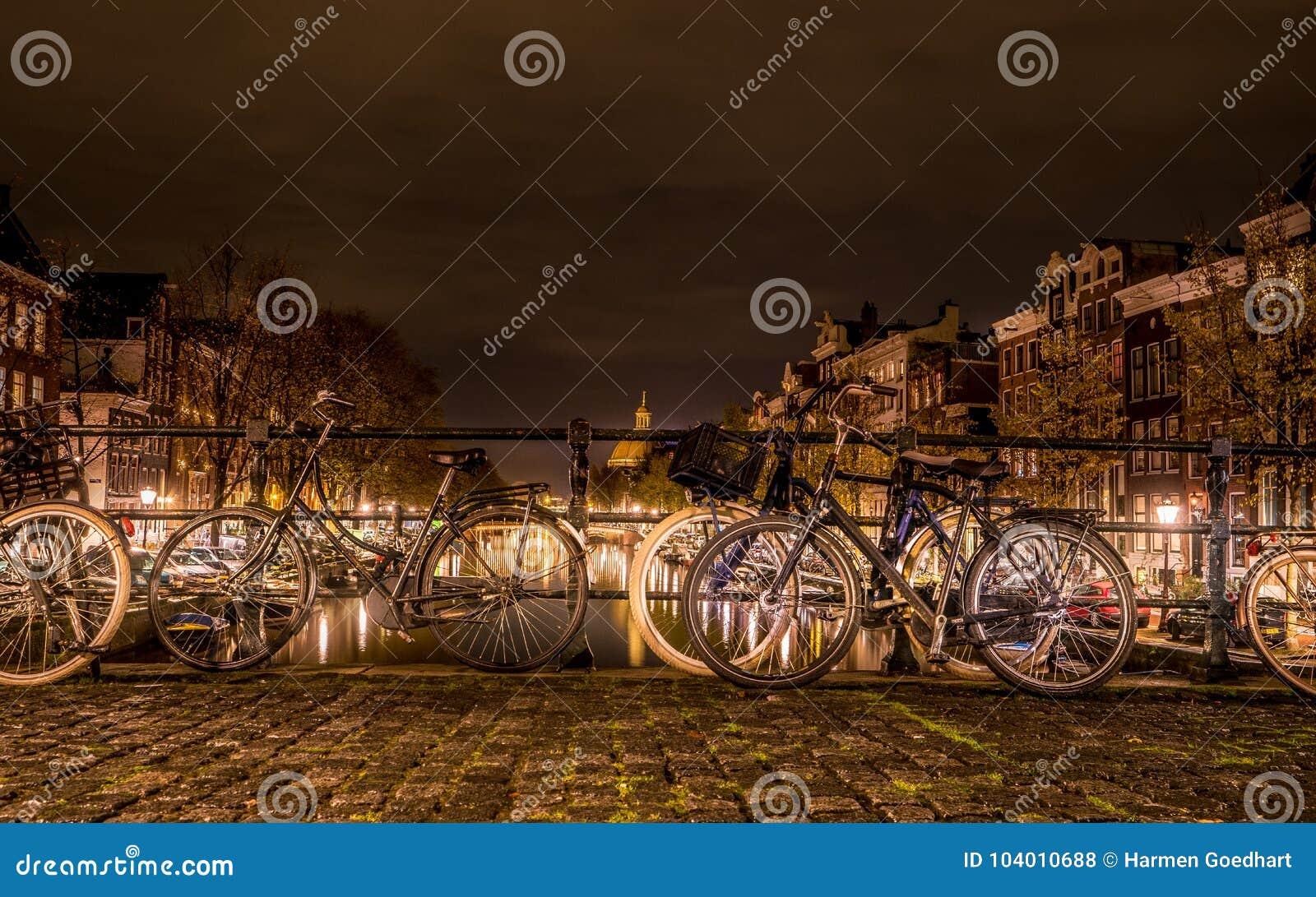 Typies Amsterdam, une grande ville avec un bon nombre de l eau, de vieux bâtiments et de couleurs
