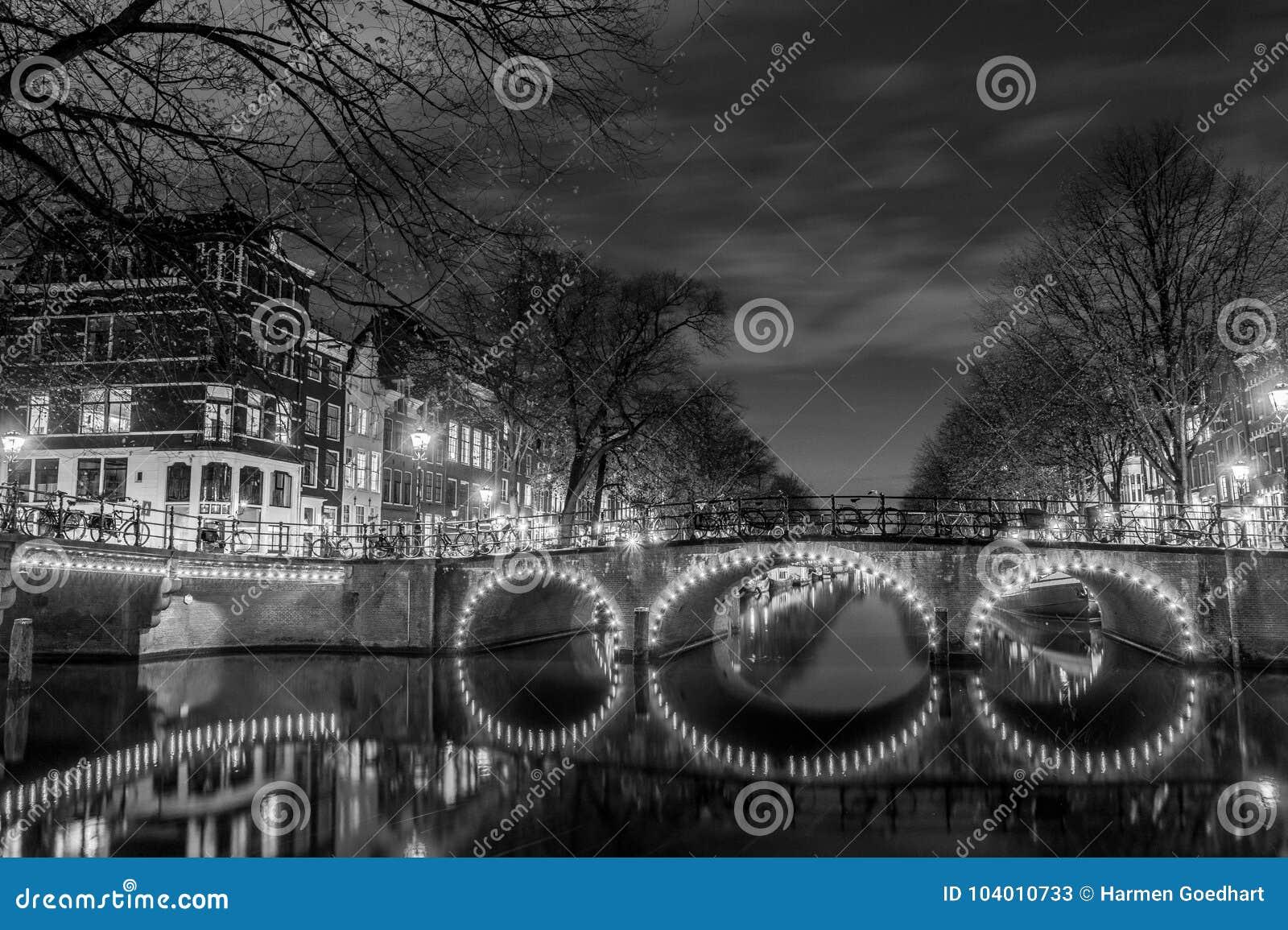 Typies Amsterdam, wielki miasto z udziałami woda, starzy budynki i kolory,