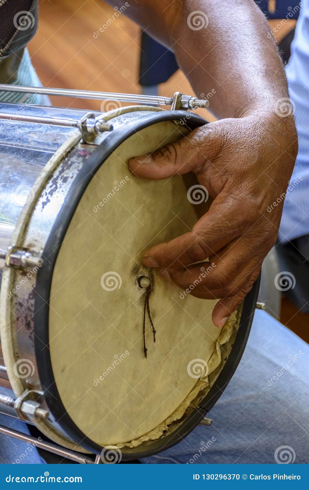 Typisch Braziliaans slaginstrument genoemd Cuica