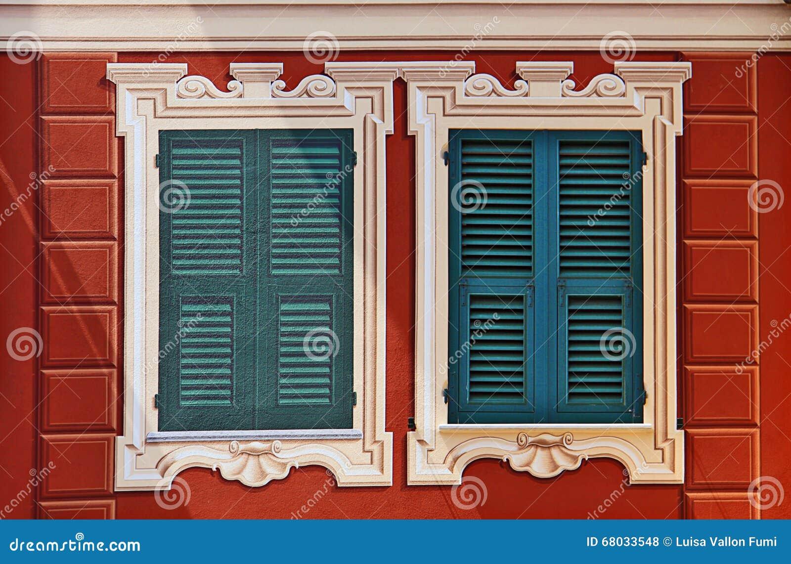 Typisch ligurian geschilderd huis met geschilderde - Download er finestra ...