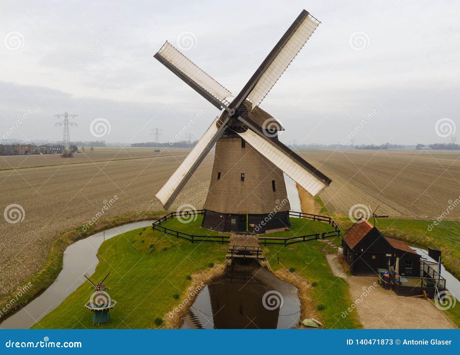 Typische alte niederländische Windmühle mit Feldern von oben
