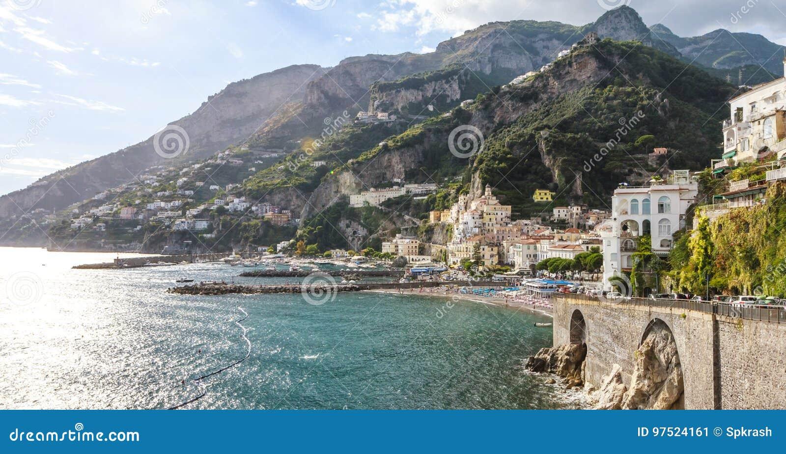 Typische Ansicht von Amalfi-Küste mit Stadtbildmeer und -bergen
