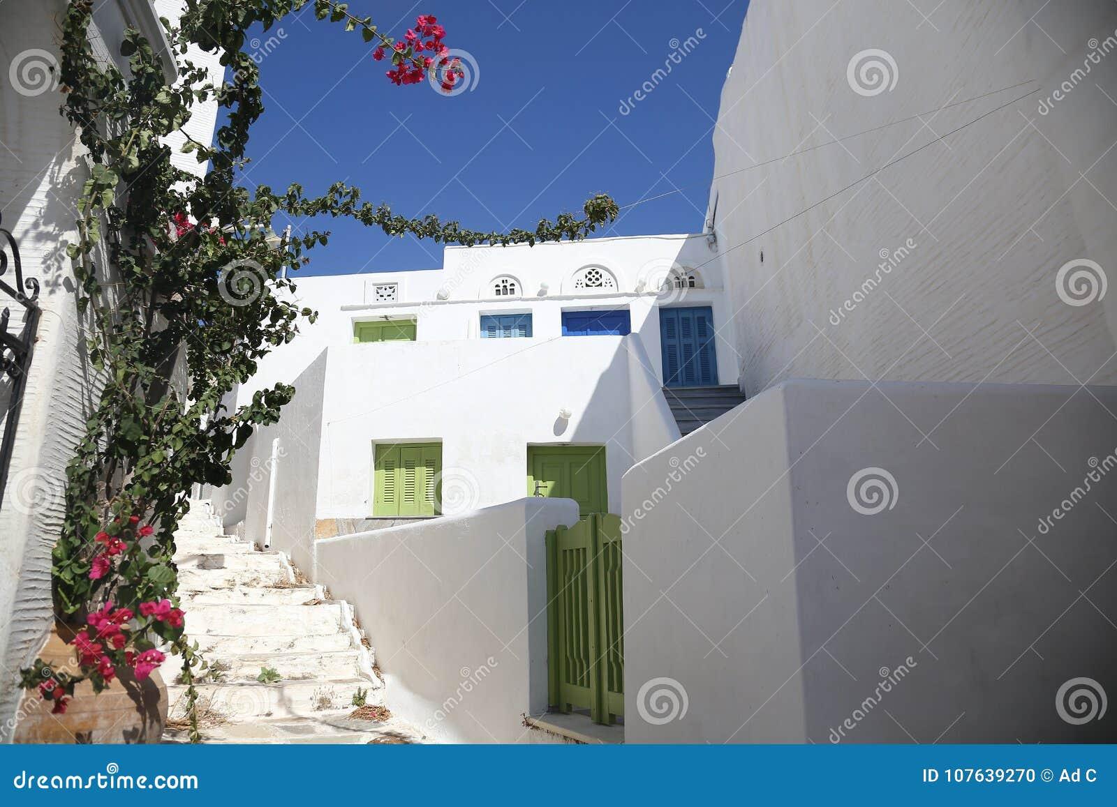Typische griechische Inselstraße in Tinos, Griechenland