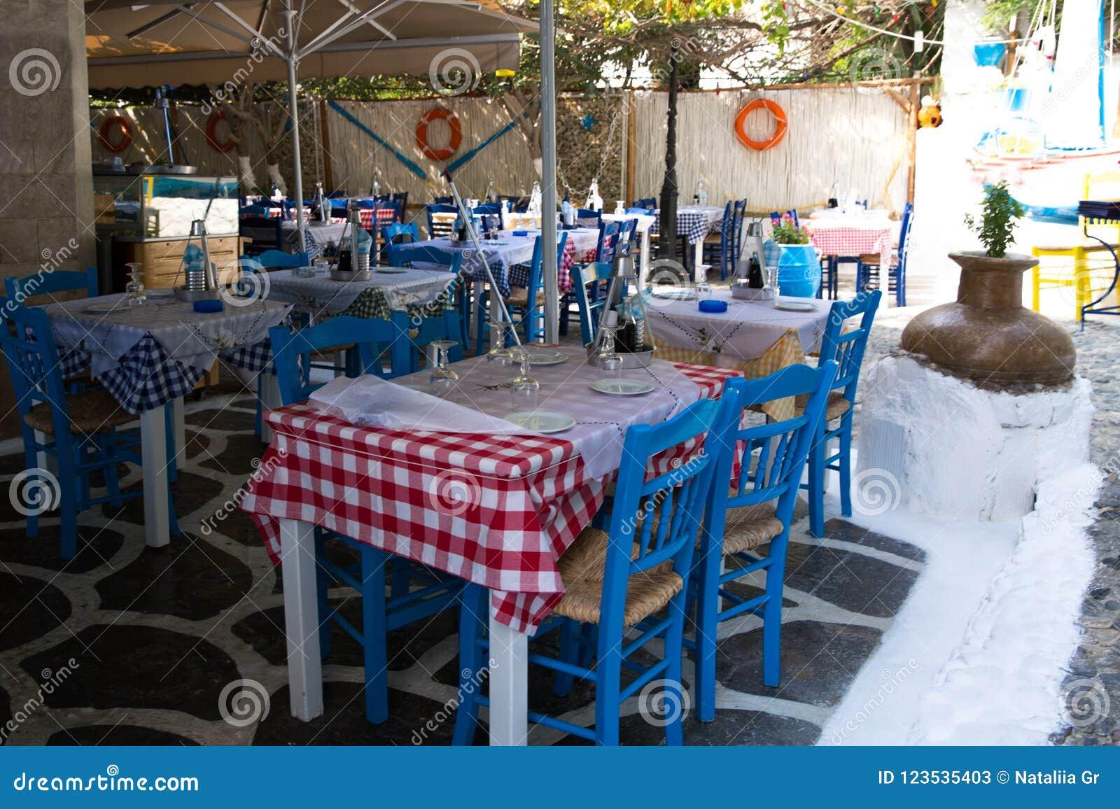 Verrassend Typische Griekse Herberg Met Blauwe Stoelen En Lijsten Met Geruit XT-89