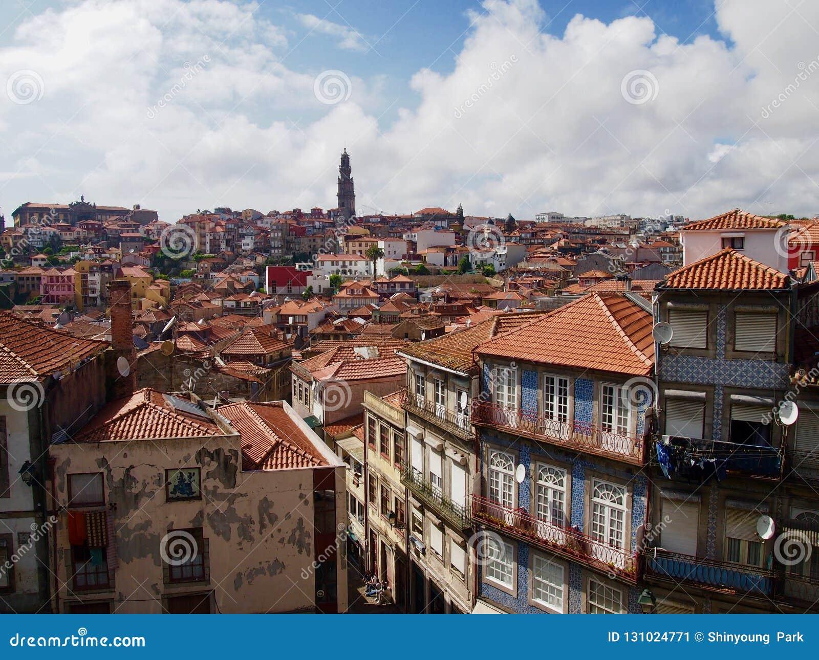 Typische Häuser von Porto Portugal in allen Farben mit Ansicht ove