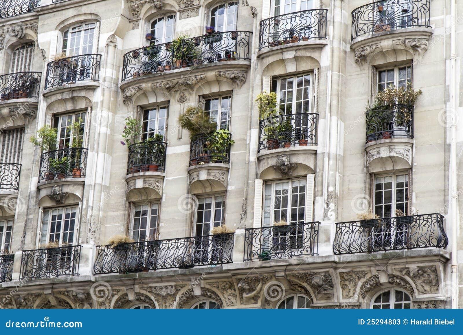 typische parijse architectuur met balkon stock afbeelding afbeelding 25294803. Black Bedroom Furniture Sets. Home Design Ideas