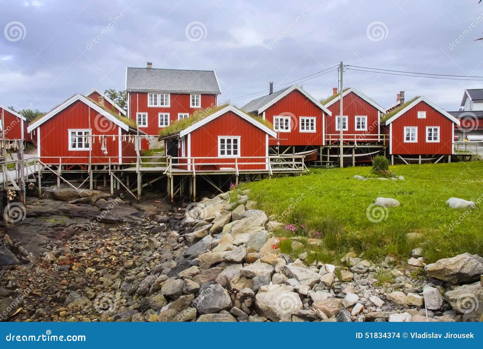 Typische rote holzhäuser auf der küste von finnland