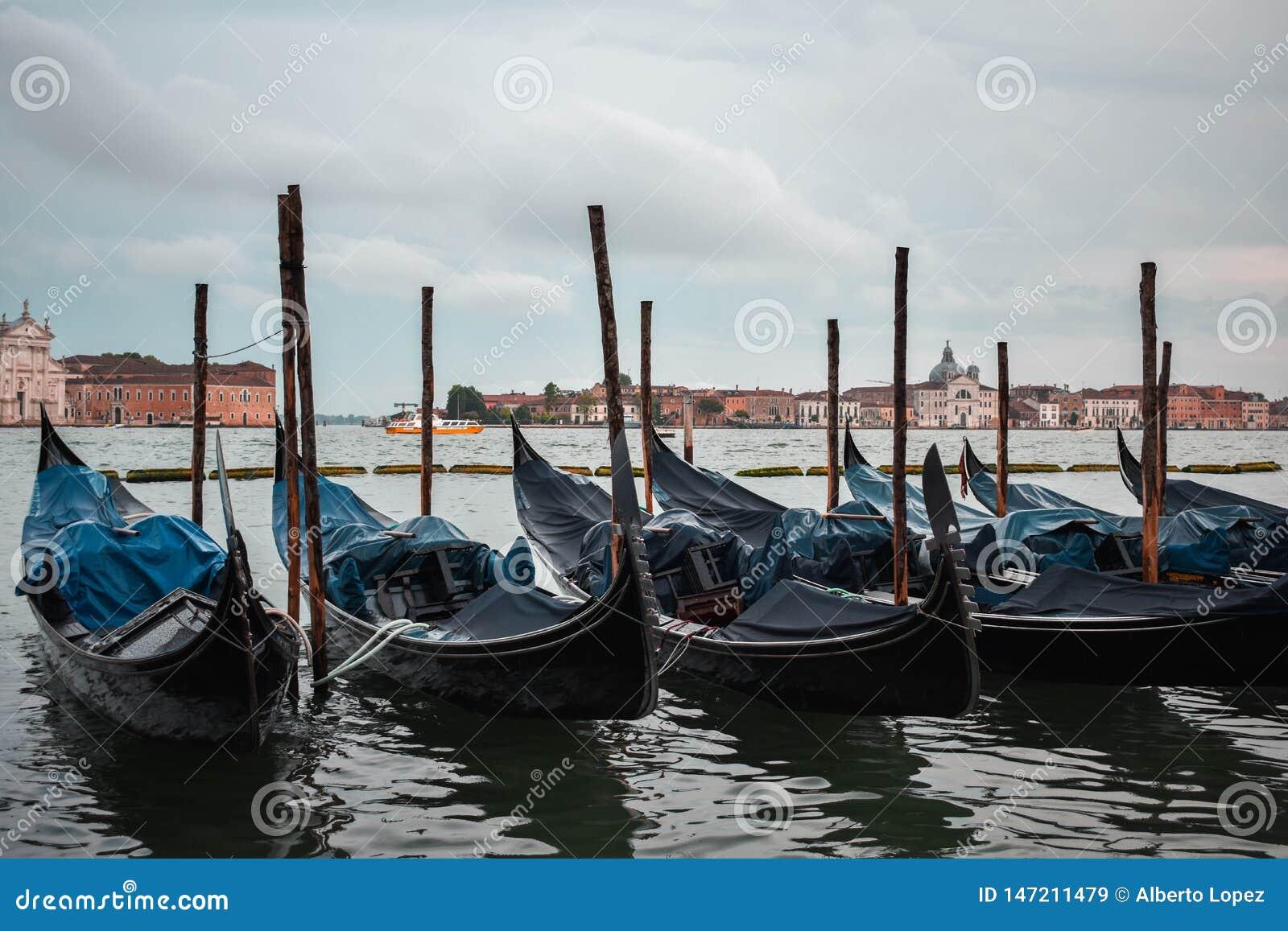 Typische scène van geparkeerde gondels in Venetië