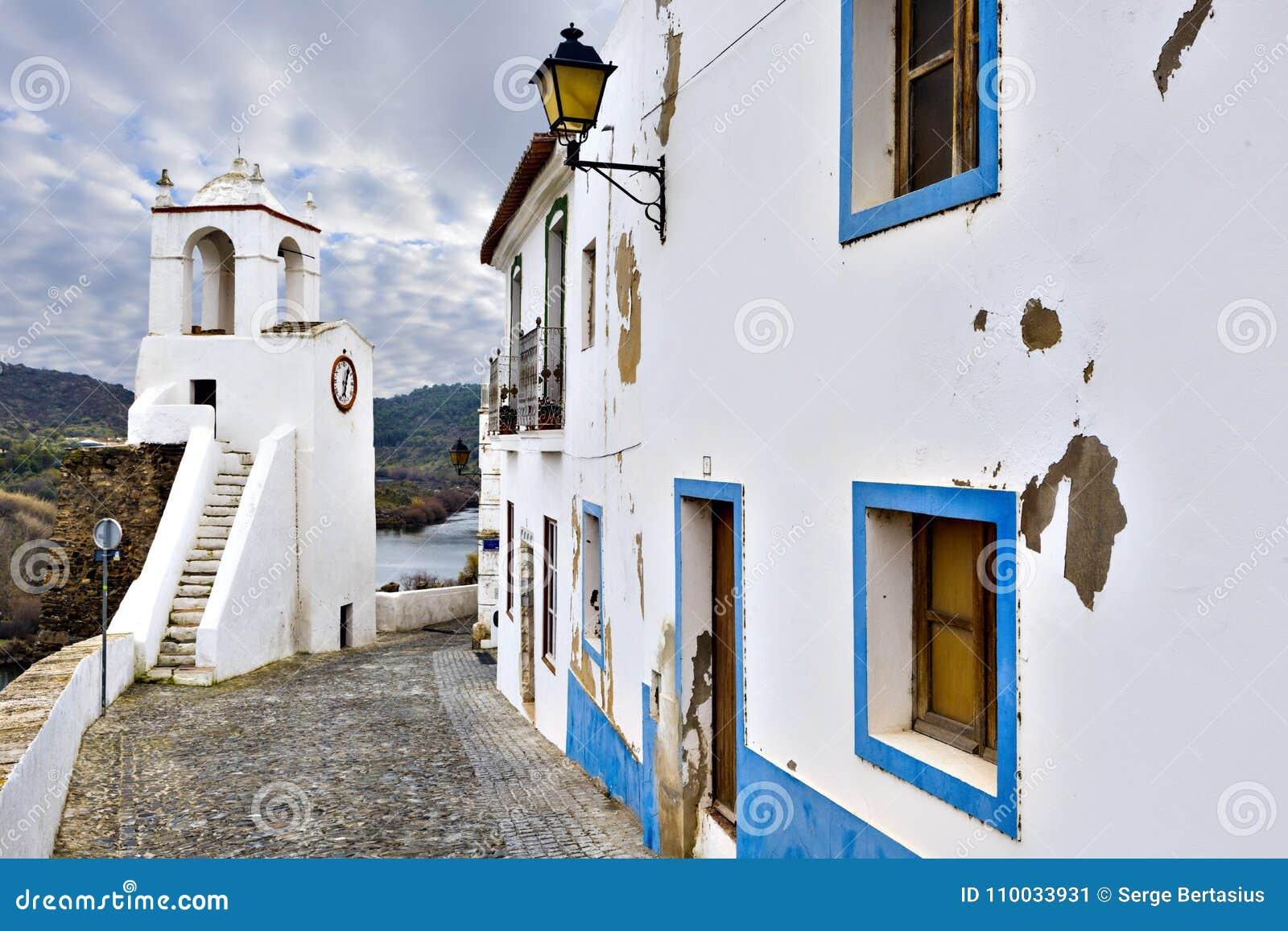 Typische smalle straat in de oude stad van Mertola, Alentejo R