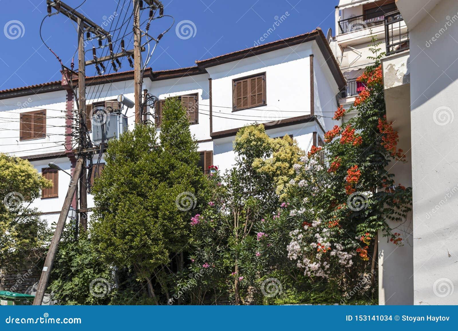 Typische Straße und Häuser an der alten Stadt der Stadt von Kavala, Griechenland