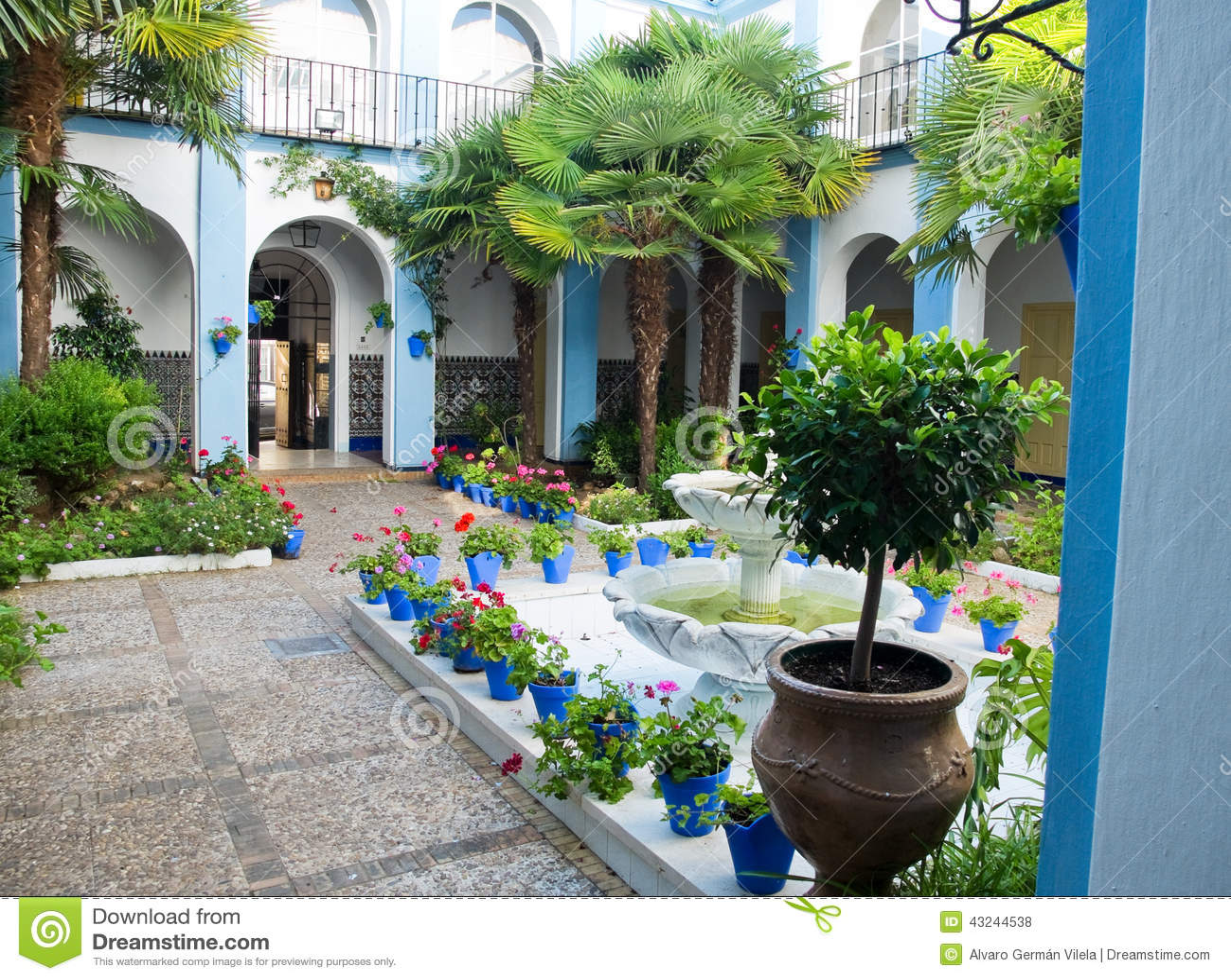 Typischer andalusischer patio in cordoba andalusien spanien stockfoto bild von patio blau - Imagenes de patios andaluces ...