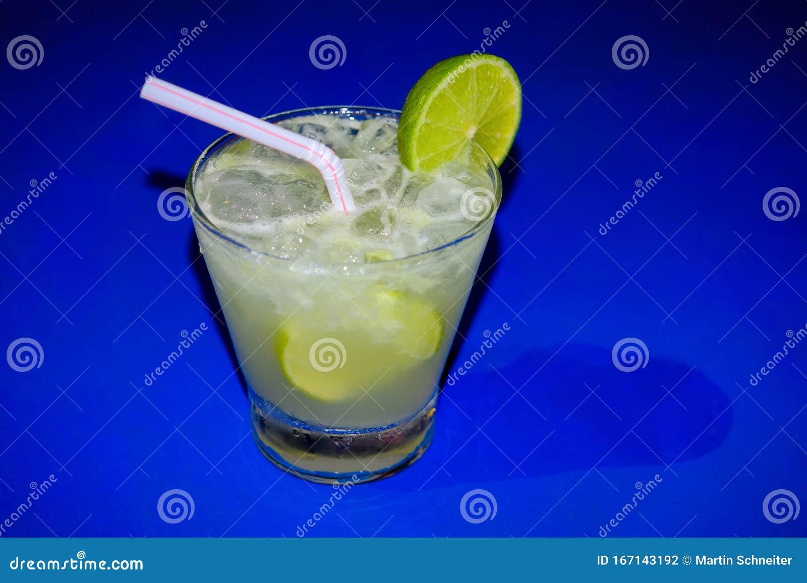 typischer brasilianischer caipirinha cocktail mit