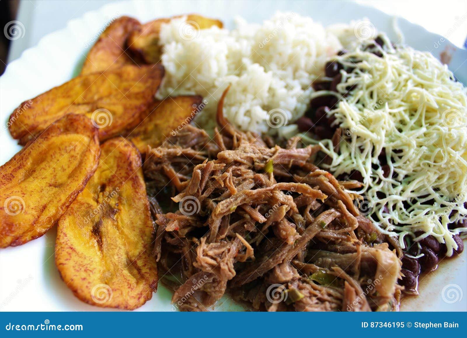 Typischer Teller des Venezolaners nannte Pabellon, gebildet von zerrissenem Fleisch, von den schwarzen Bohnen, vom Reis, von gebr