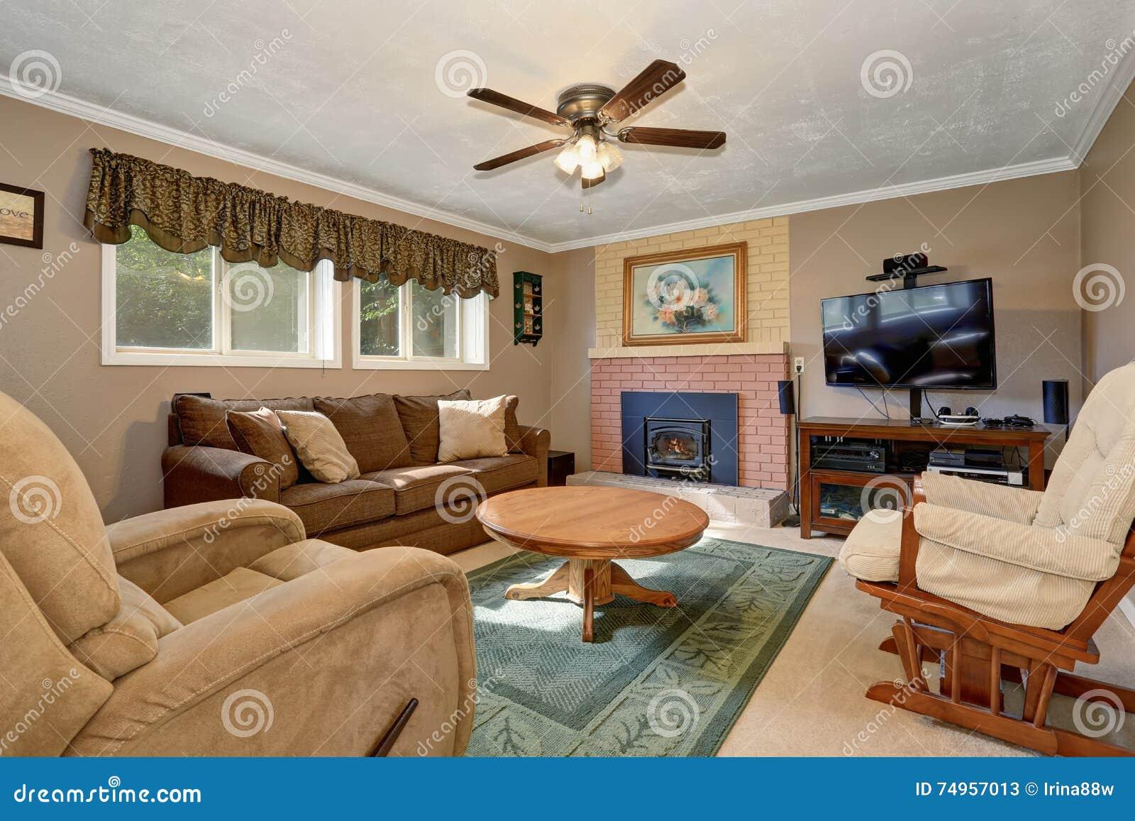 typisches amerikanisches wohnzimmer mit brauner couch und startseite design bilder. Black Bedroom Furniture Sets. Home Design Ideas