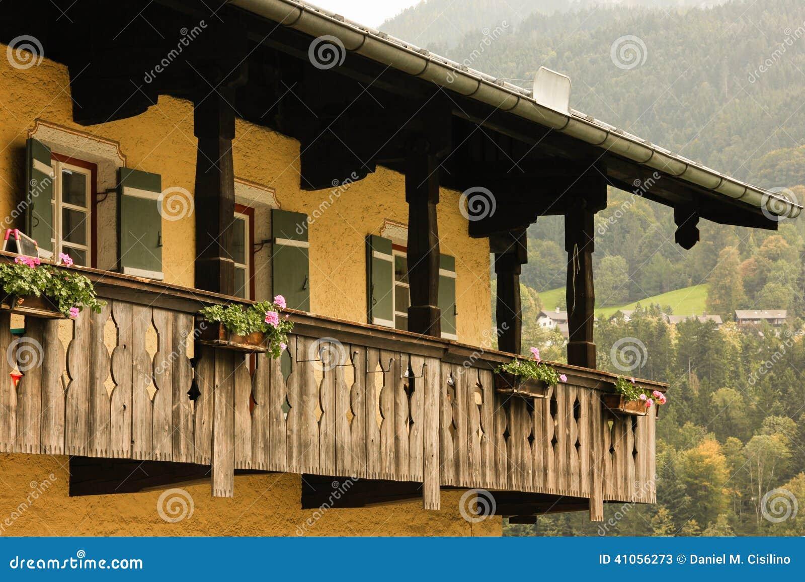 Typisches bayerisches haus mit h lzernem balkon for Precios de toldos para balcones