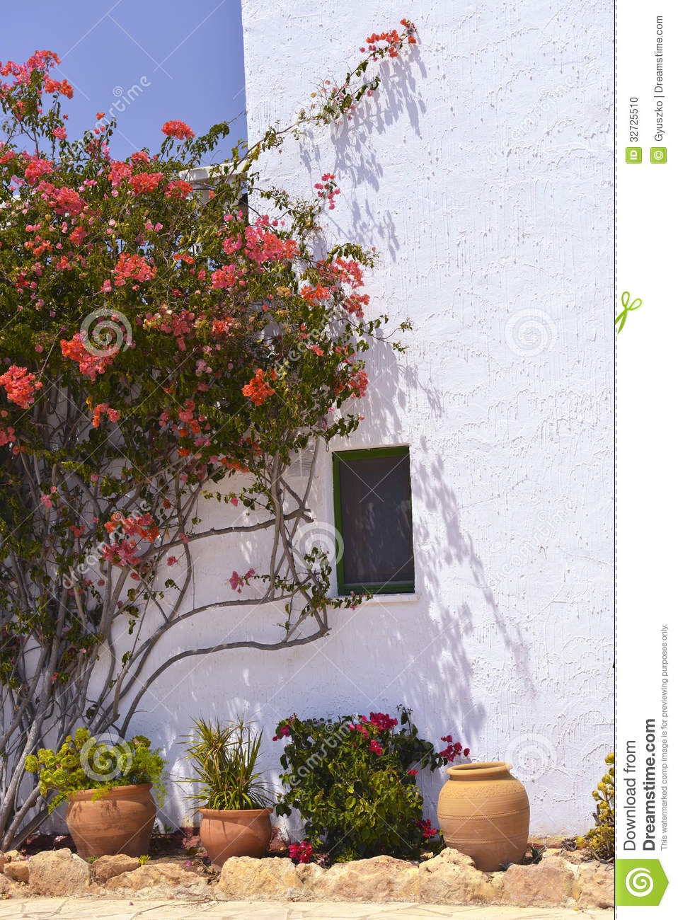 typisches haus mit blumen t pfen in mallorca spanien stockfoto bild 32725510. Black Bedroom Furniture Sets. Home Design Ideas