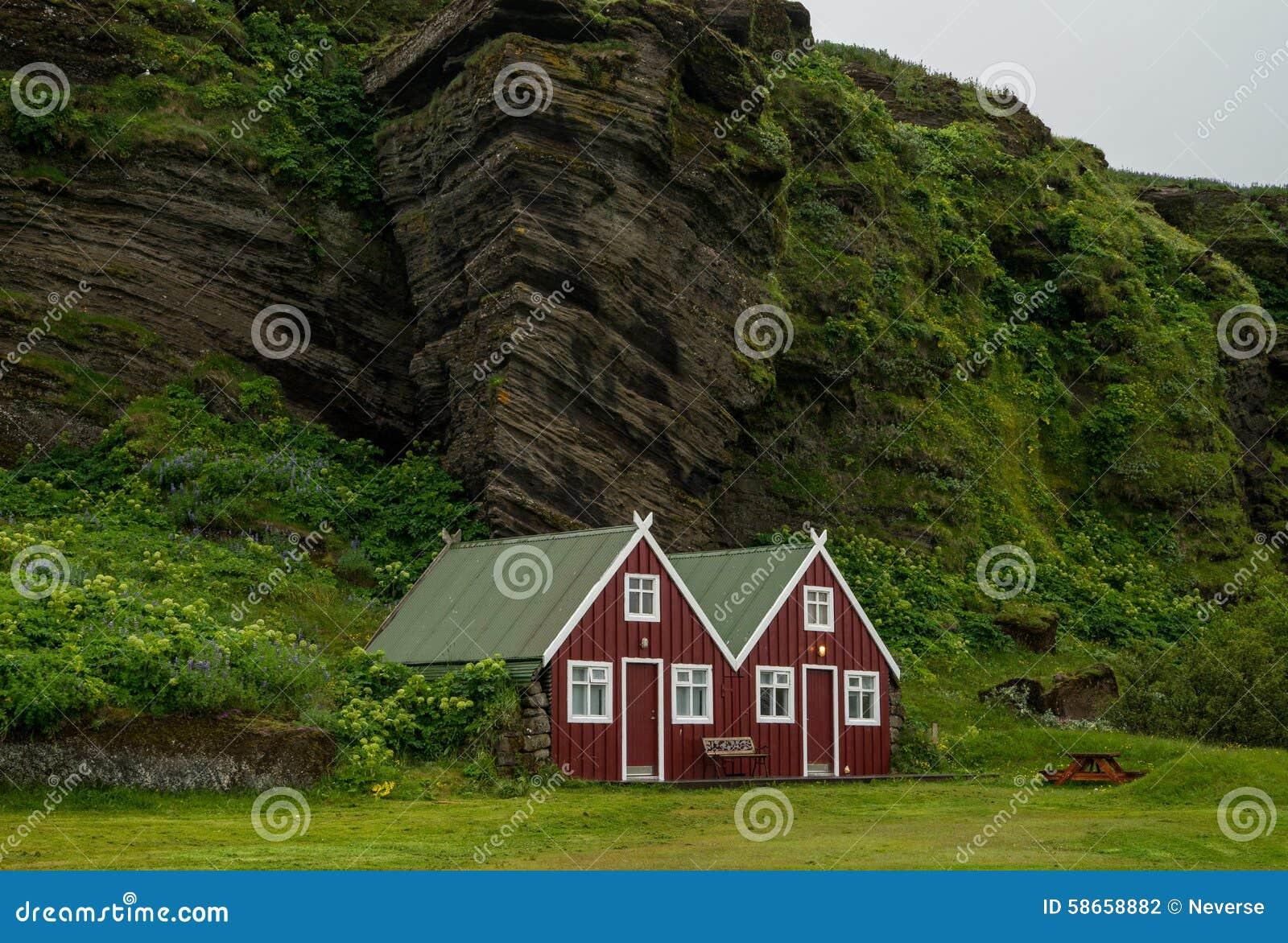 typisches rotes skandinavisches haus stockfoto bild 58658882. Black Bedroom Furniture Sets. Home Design Ideas