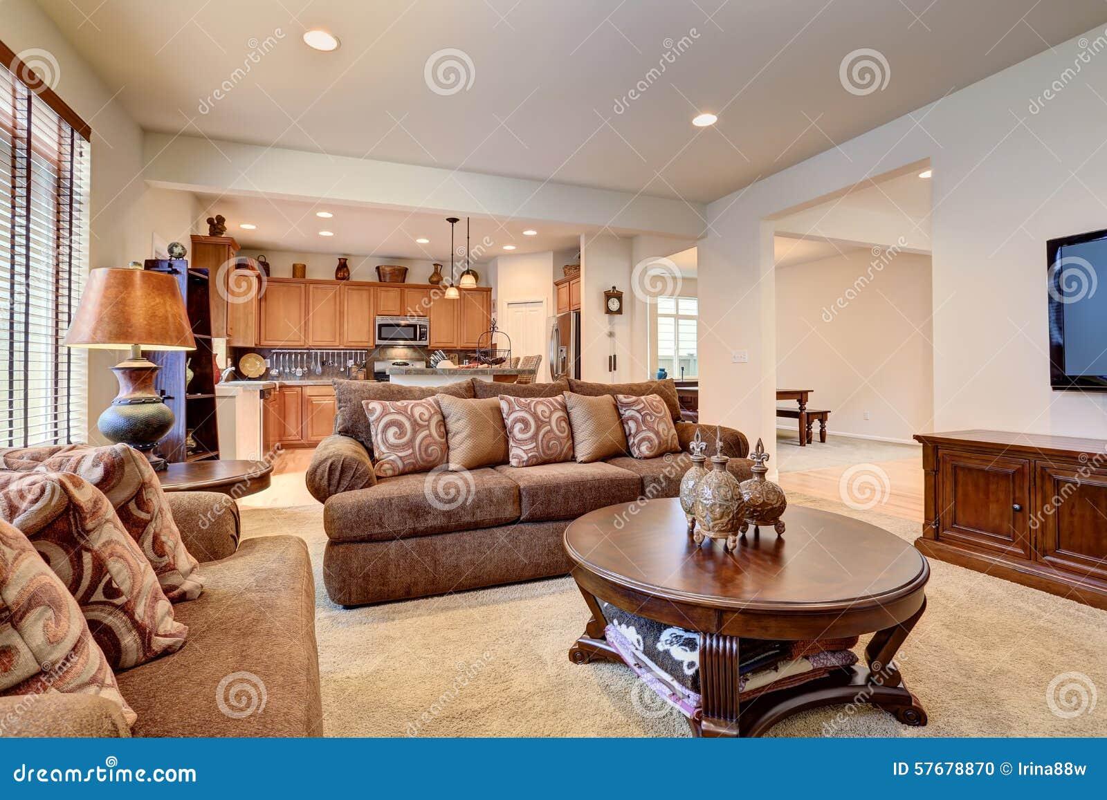 typisches wohnzimmer im amerikanischen haus mit teppich. Black Bedroom Furniture Sets. Home Design Ideas
